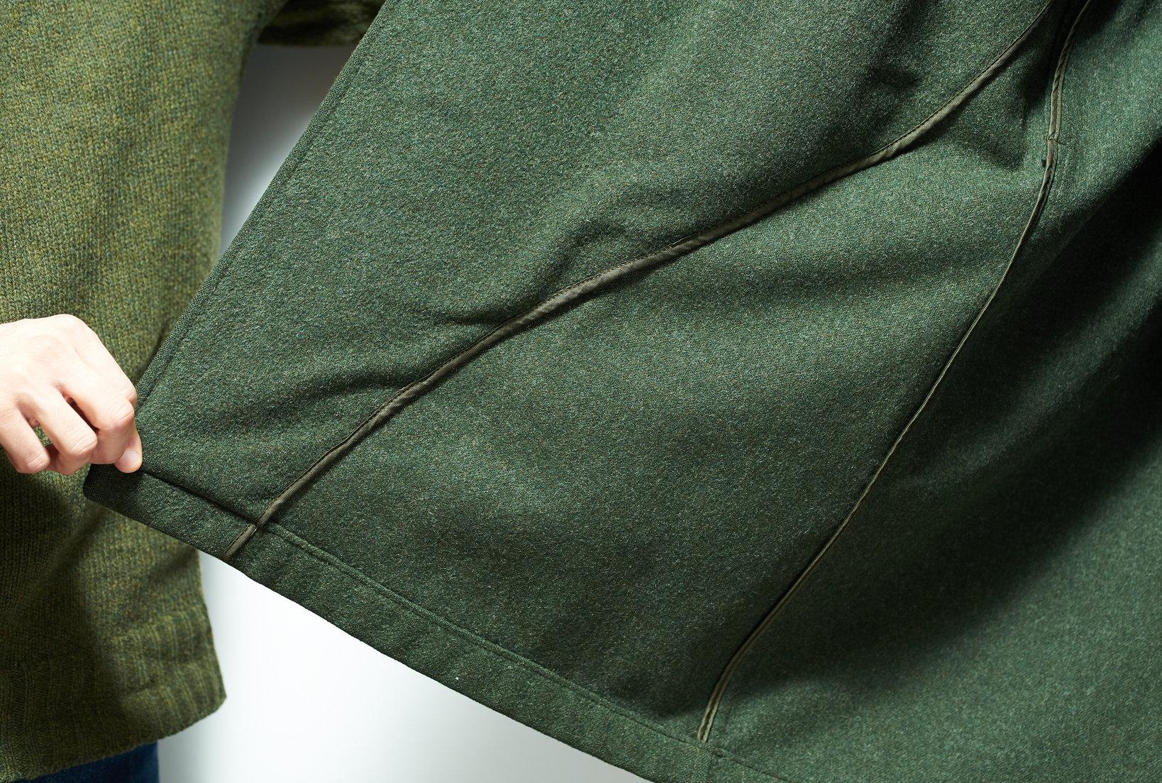 ローデンコートは身頃に裏地を付けず見返しの表地を広く取る「単衣仕立て」が一般的。