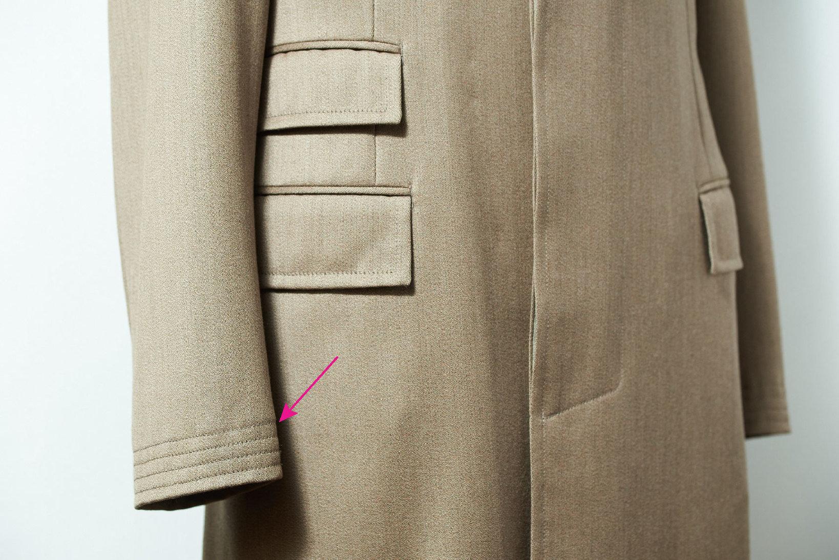 カバートコートの象徴たる、袖裾に入った4本のレイルロードステッチ。身頃の裾にも同様のものが付く。