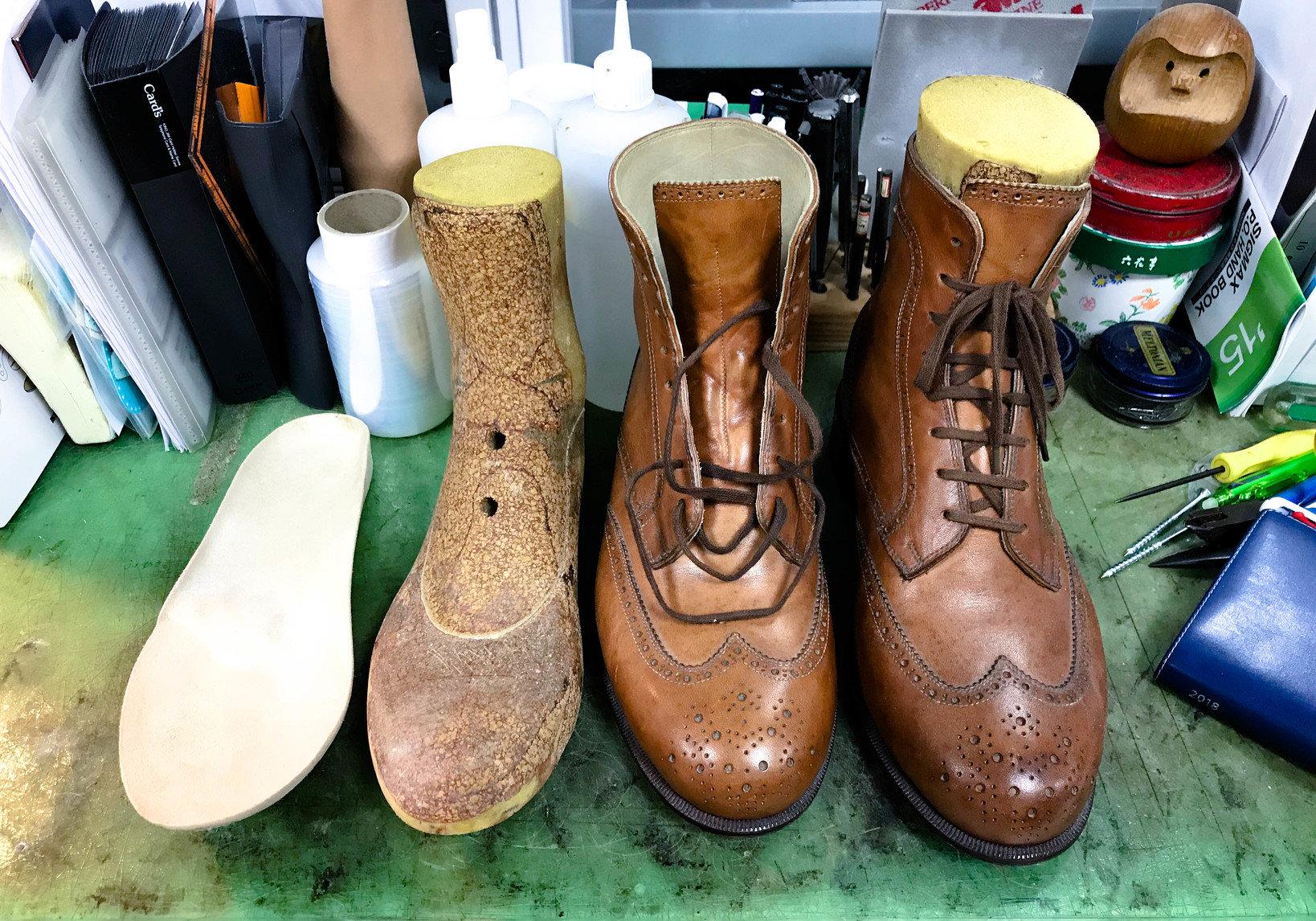 整形靴のサンプル。整形靴とは一般的に各個人の足の形状や症状に合わせて作られた靴だとイメージしていだければ分かりやすいでしょうか。 国や制度により細かい定義は変わりますが、足の型を採り木型から作るもの、既成の木型を修正して作るもの、既成のコンフォートシューズを加工するものなどがあります。「足底板(そくていばん)」(靴の中敷)も足の変形の予防や矯正などに重要な役割を果たす装具です。