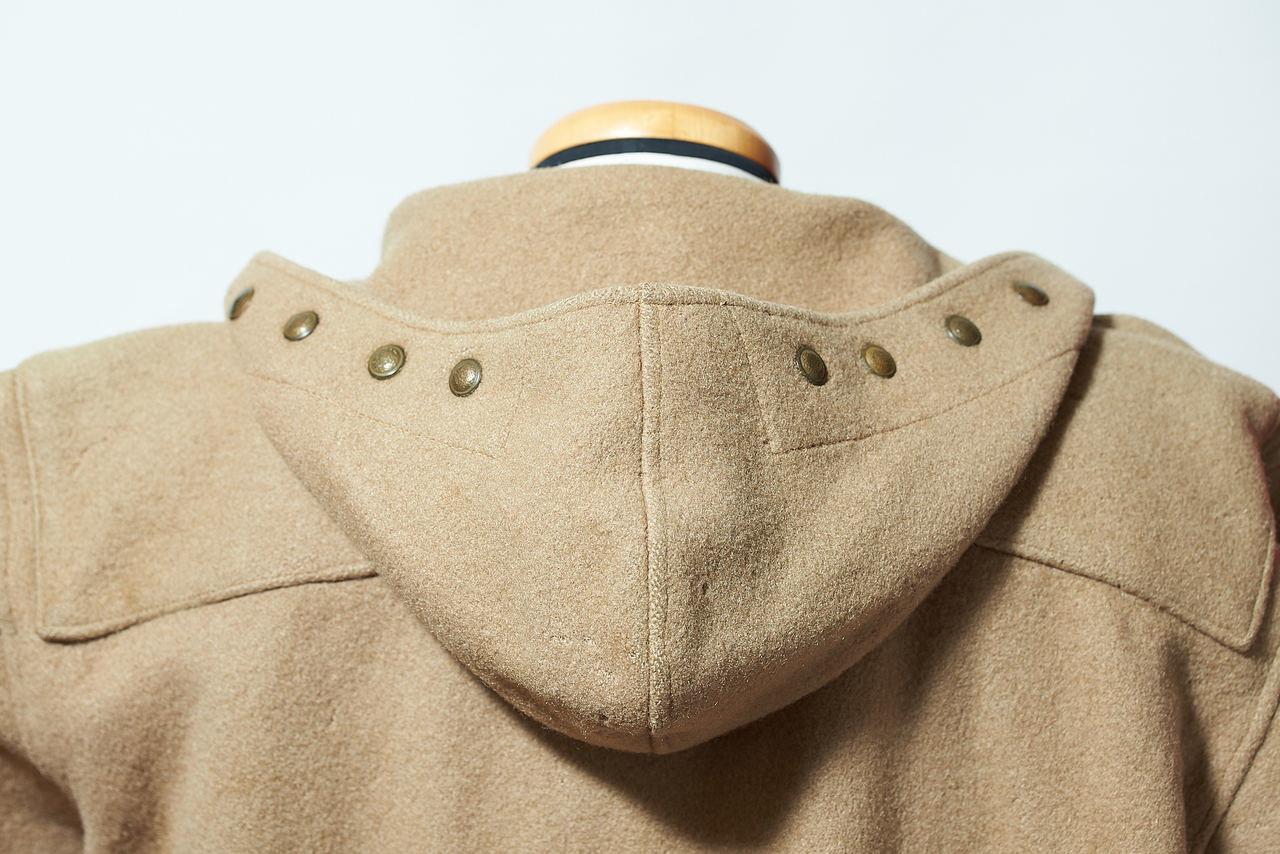 胸のトグルが3個のものには本来、フードの端にこのようなスナップボタンが付いた。