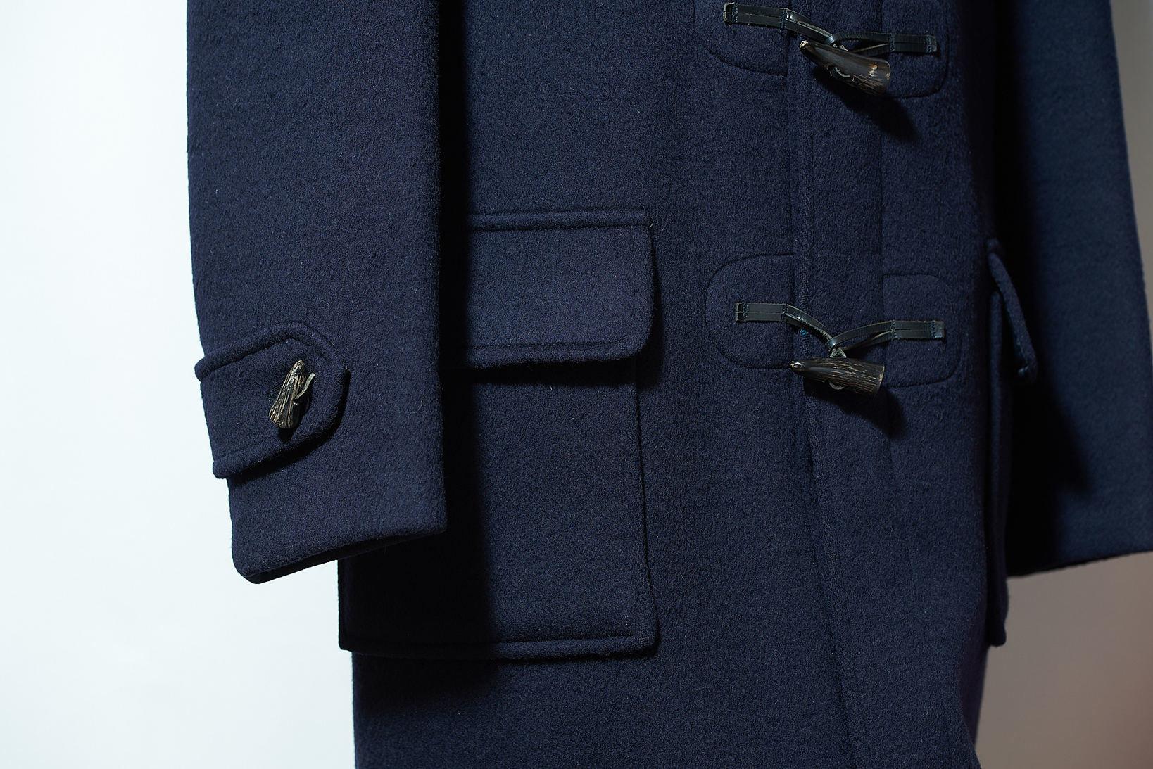 パッチ&フラップポケットは、アメリカントラッドスタイルのネイビーブレザーを彷彿とさせる。