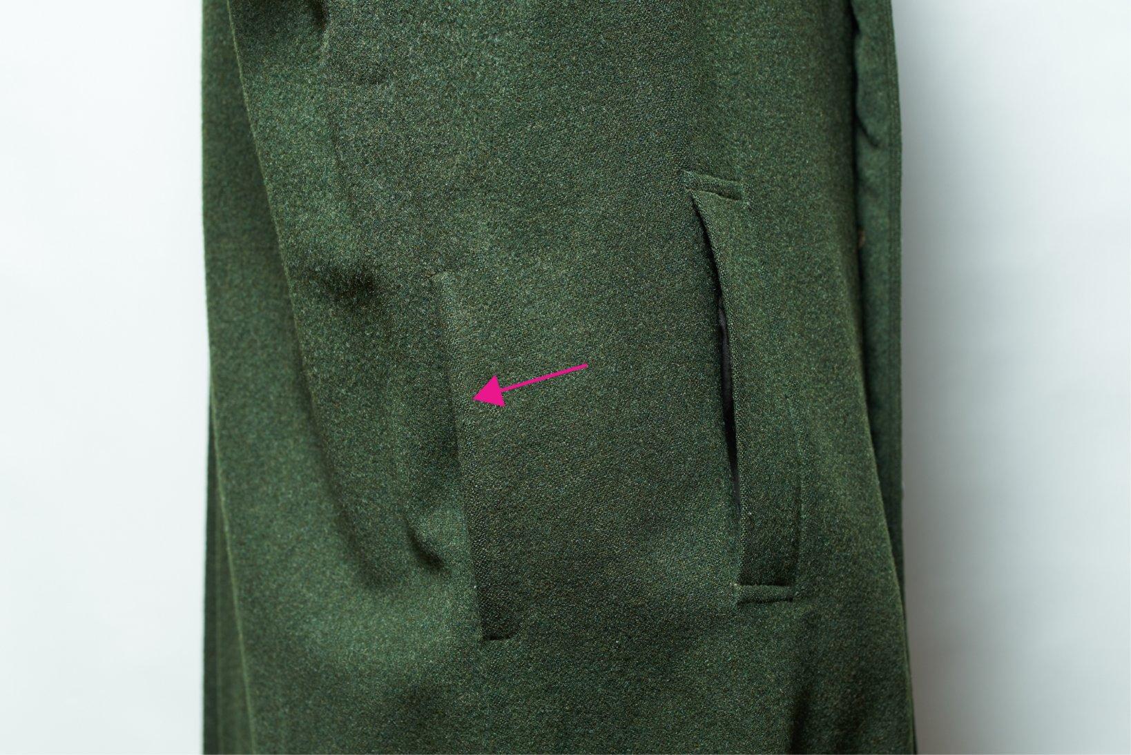 向かって左の切り口はポケットではなく、手を中の服にアクセスさせるための穴だ。