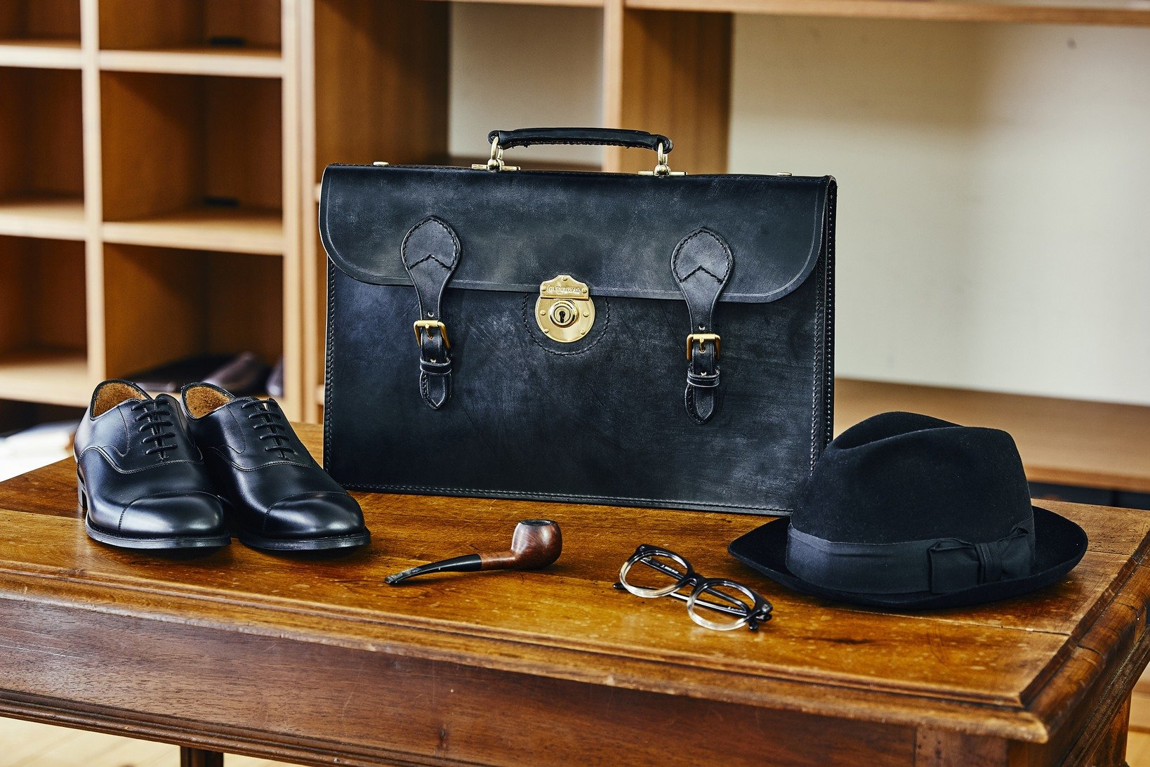 "<a href=""https://www.british-made.jp/fs/british/glenroyal-businessbag/gd29?utm_source=muuseo&utm_campaign=tie_up"">2コンパートメントブリーフケース</a>"