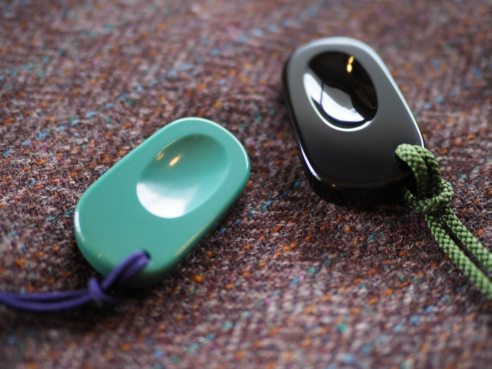 観音笑窪は2種類発売されていた。右の黒い方がアルミ製、左の緑がシンタードサファイヤセラミック製。