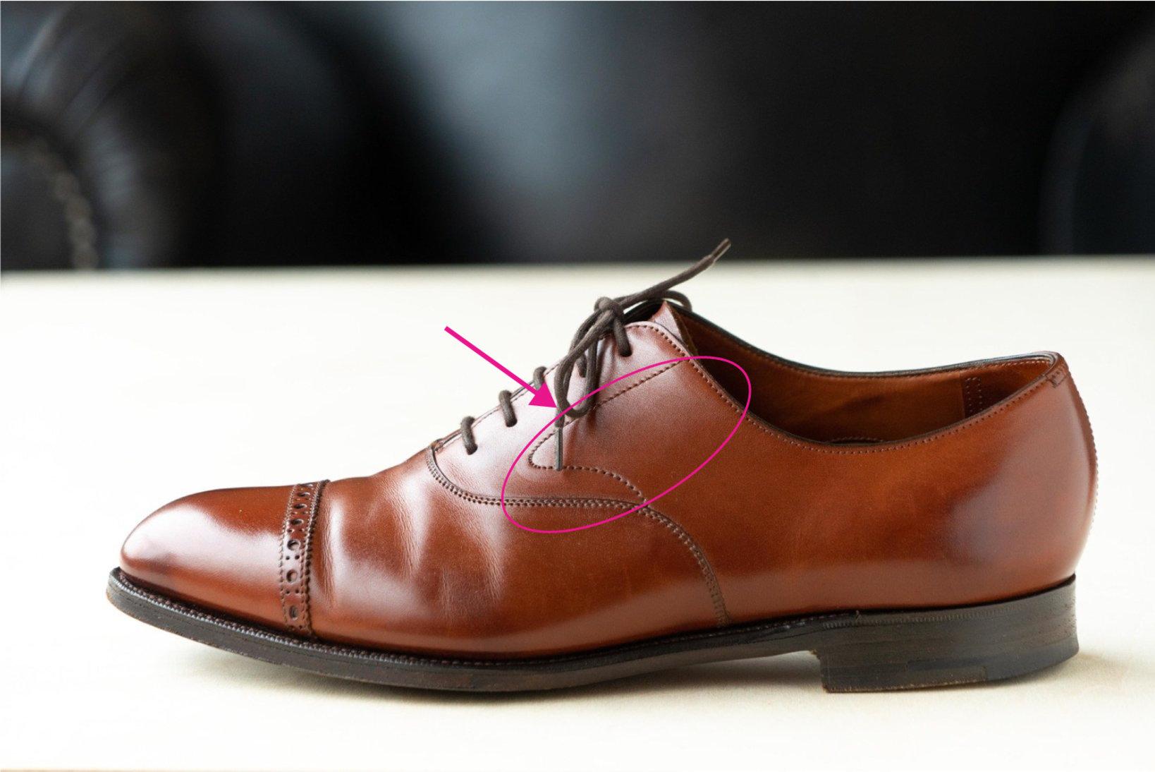 新202の木型を用いた内羽根式パンチドキャップトウ。旧202より踵が大きくなり、ガースも大きめに取るように。生産拠点を新たに移転した際、キャップトウのチェルシーなど代表的な内羽根式の靴にスワンネック(丸で囲んだディテール)を採用した。