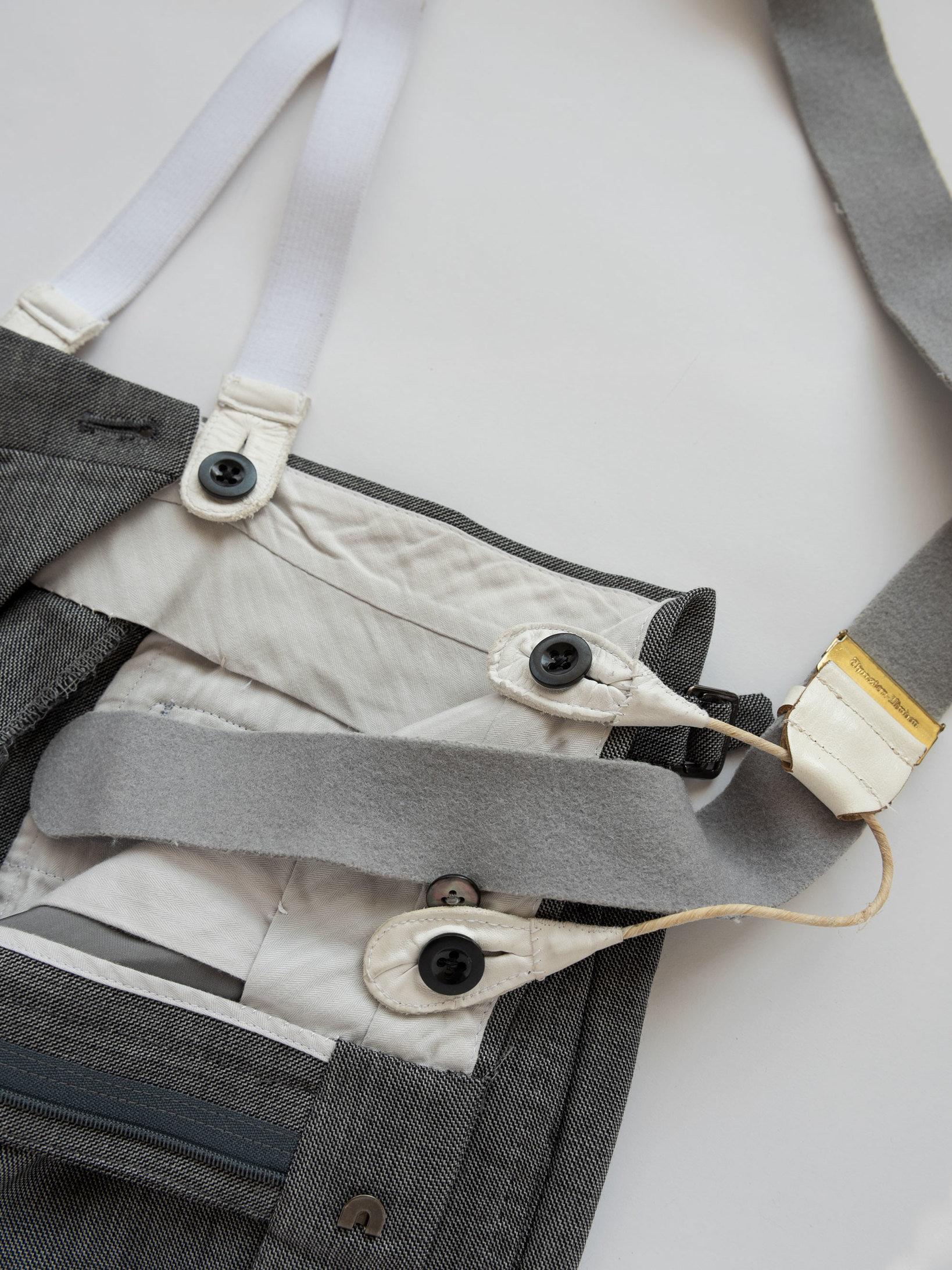 ブレーシスで吊って穿くトラウザーズは、ベルトループを付けないほうが、覚悟の決まった印象を与える。
