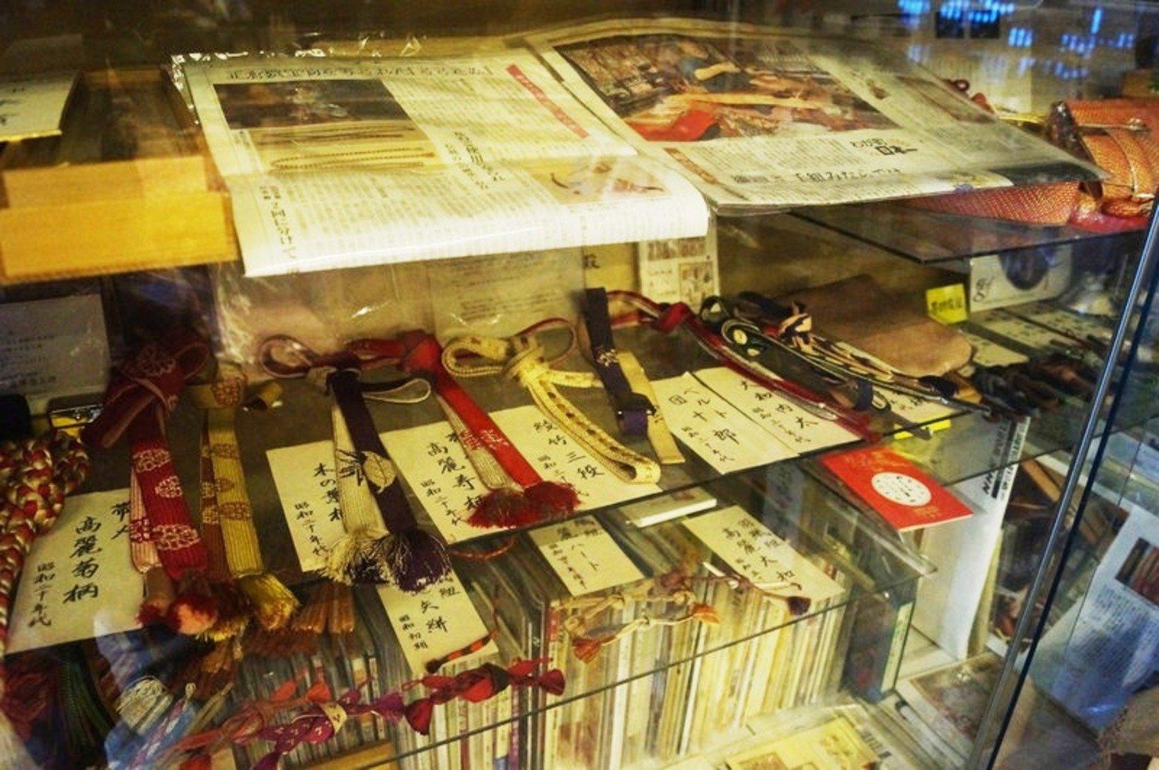 お店の一角には、歴史ある組紐を資料的に展示している