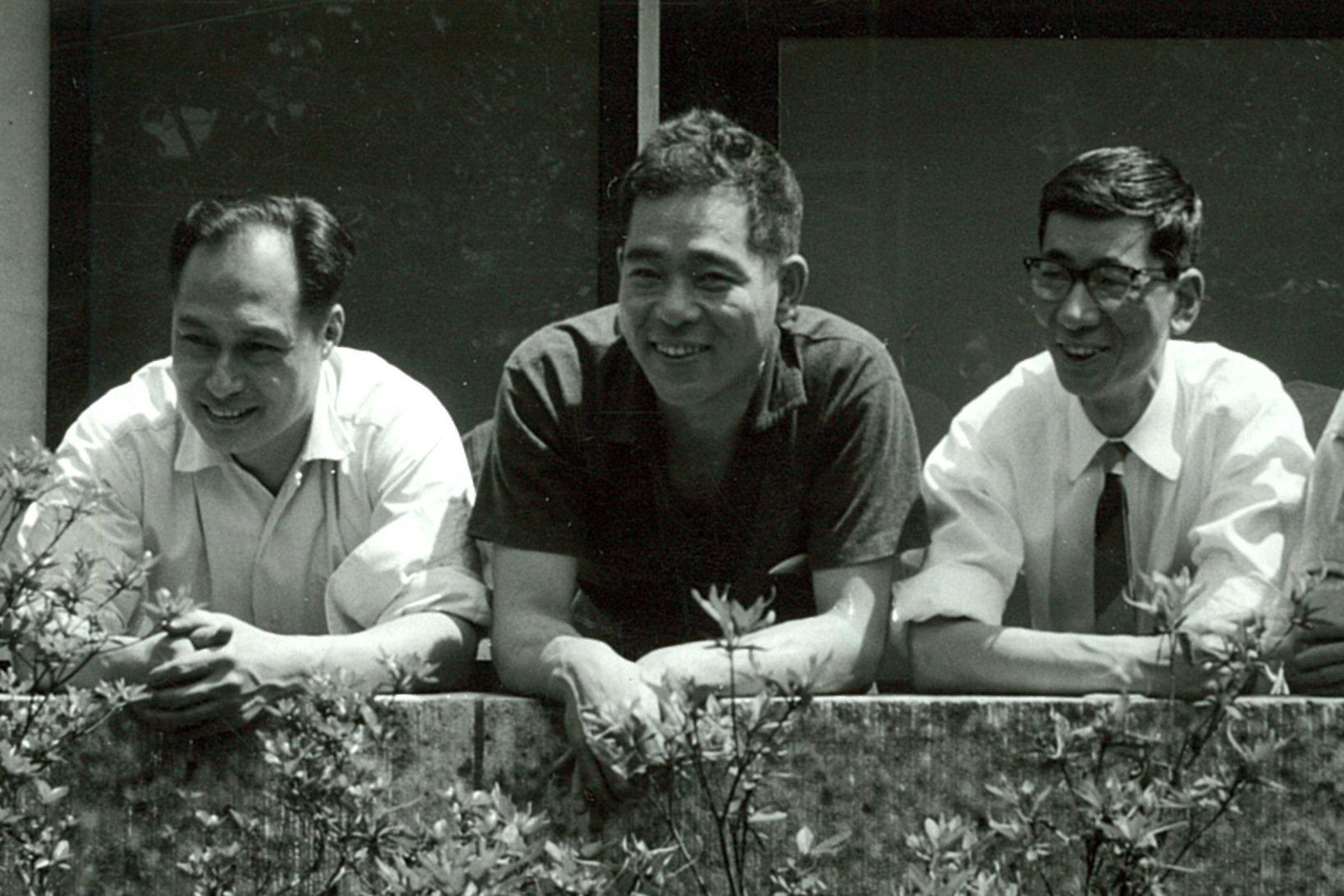原作『家庭の工作』を手がけたKAKデザイングループの3人。左から河潤之介、秋岡芳夫、金子至。グラフィックから光学機器まで幅広いデザインを手がけた。(写真提供:モノ・モノ)