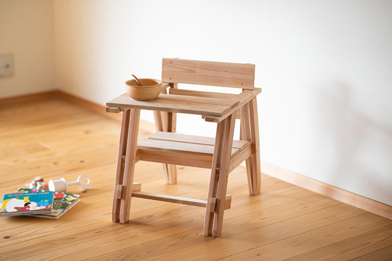 杉でできた、「離乳食に便利な挟み脚のベビーチェア」。テーブルは脱着式であり、おうちの方が離乳食やおやつをあげるときにぴったり。座面や足置きは、組立時に高さを調節してから固定できる。