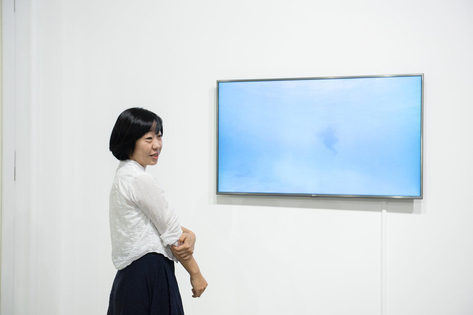 浦野むつみ(MUTSUMI URANO)さん。白石コンテンポラリーアート(現SCAI THE BATHHOUSE)を経て2007年に独立。「URANO」(旧ARATANIURANO)を設立し、様々なアーティストと協働しながら、展覧会のほか、プロジェクトやイベントなど実験的な活動を展開。2016年に天王洲に移転。既存の枠にとらわれない自由なスタイルのギャラリーを目指し、2018年11月に山本現代、ハシモトアートオフィスと2018年11月に「ANOMALY」を立ち上げた。