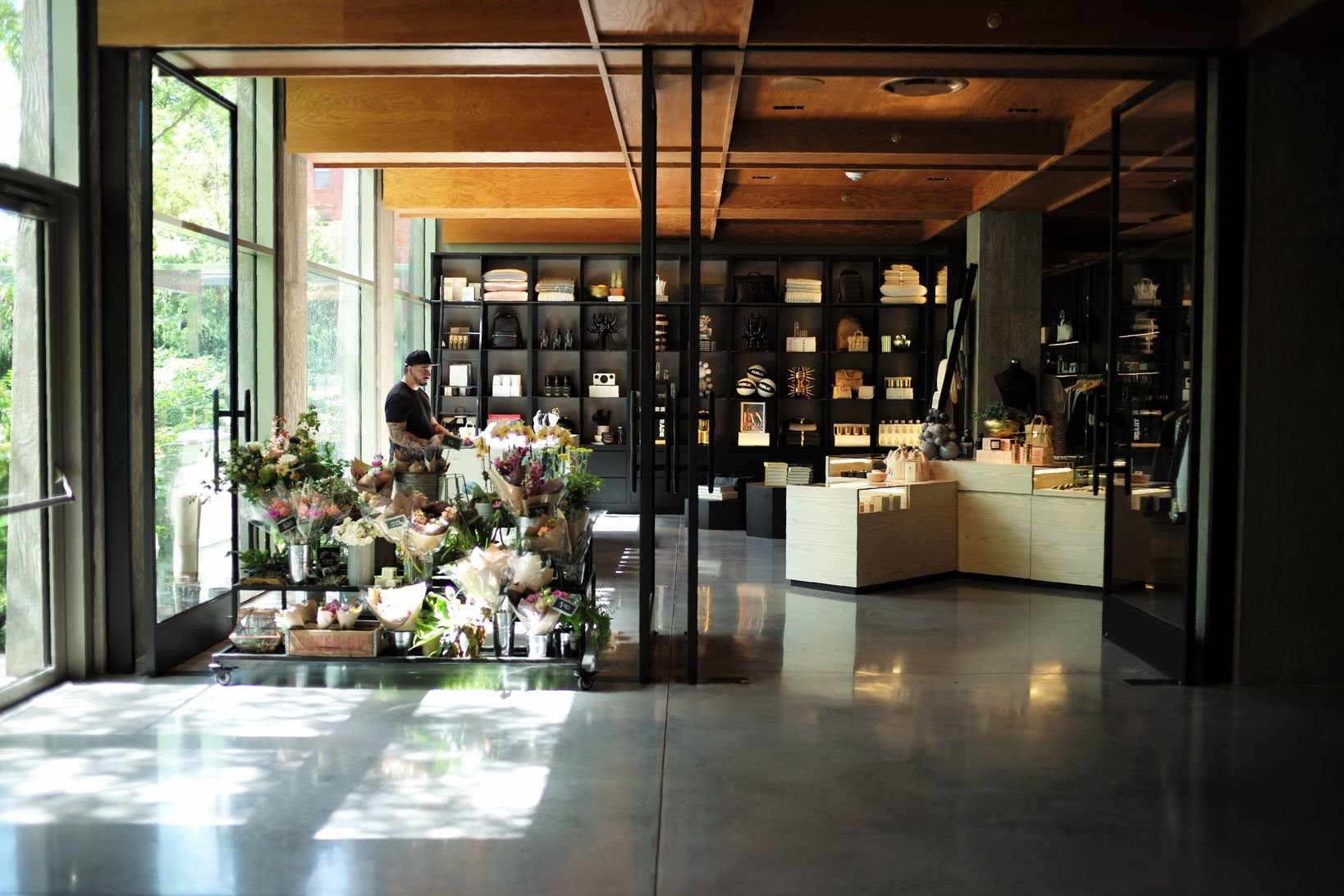 PUBLIC Hotelの1Fには衣服や本、アクセサリーなどを取り扱うセンスのよいショップがある。