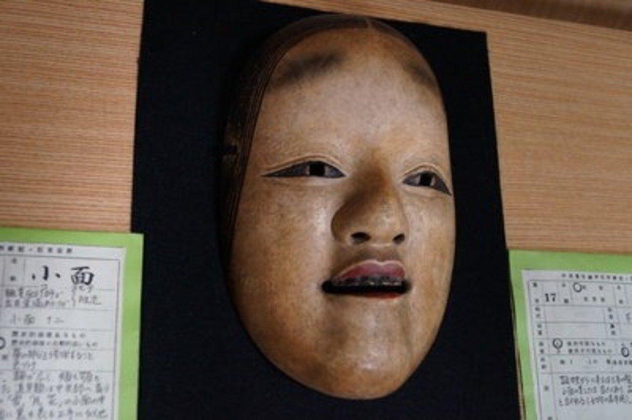 小面は10代の女性の顔を模写して作られている