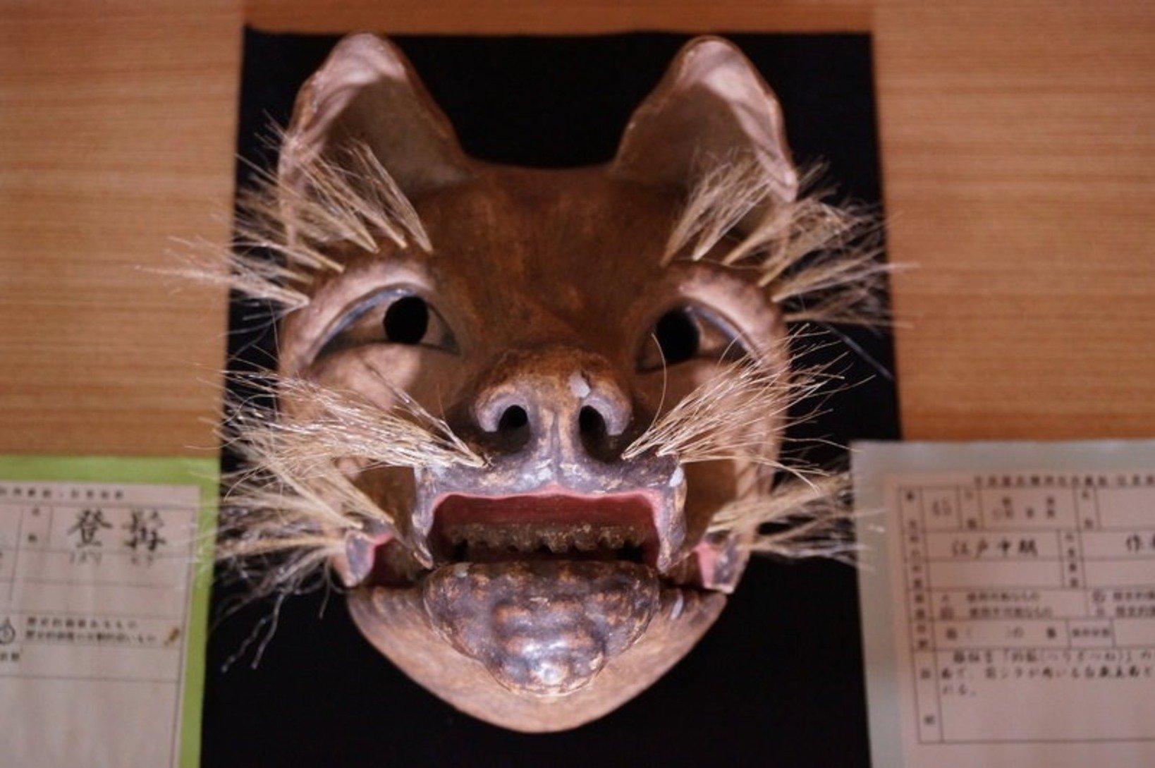 比較的珍しい動物の面。江戸中期に作られた狐の狂言面