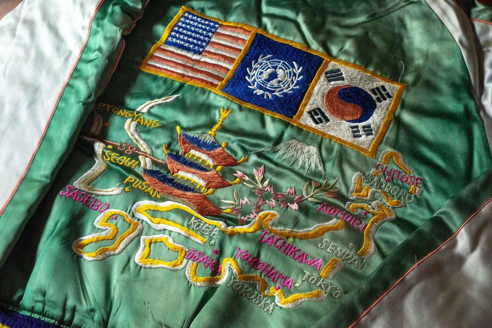 左上の朝鮮半島に注目してほしい。こちらのジャケットには北緯38度線が引かれている。