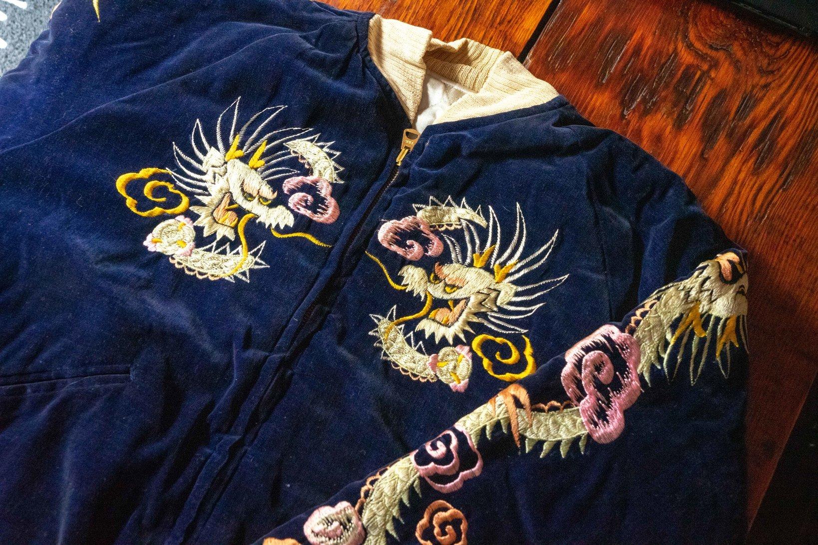 通常、スカジャンは大きくわけるとサテン×サテン、サテン×キルティング、サテン×別珍の3つ存在する。画像はサテン×別珍のもの。