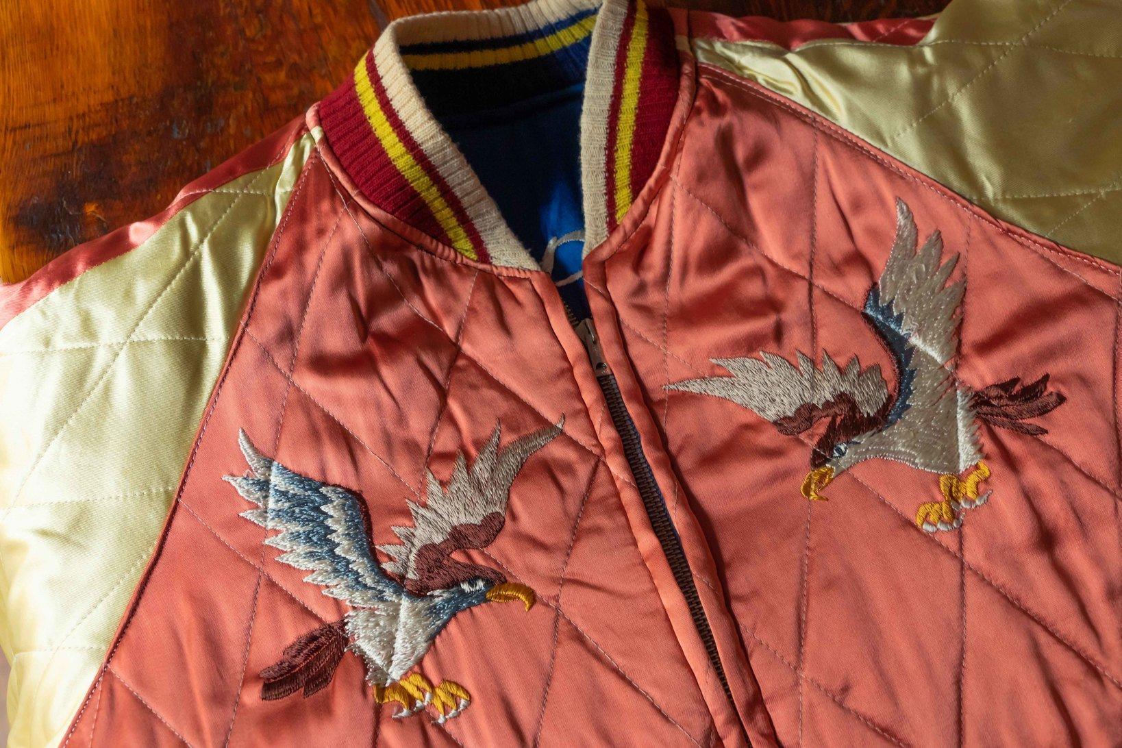 上の画像のスカジャンを裏返したもの。通常、スーベニアジャケットはリバーシブルになっている。
