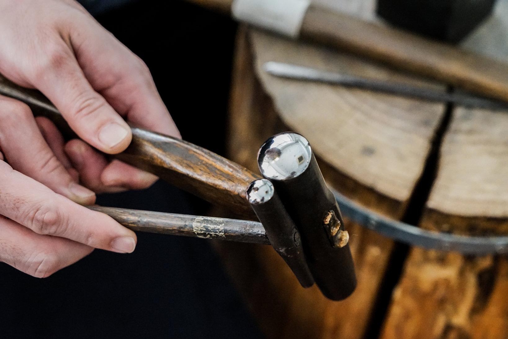 ジュエリー製作で使う金鎚は手に持ったときのバランスが重要。そのため、金鎚部分の重さに対してちょうど良い柄の長さ・太さ・形など、使いやすいように自分で作って組み立てる。
