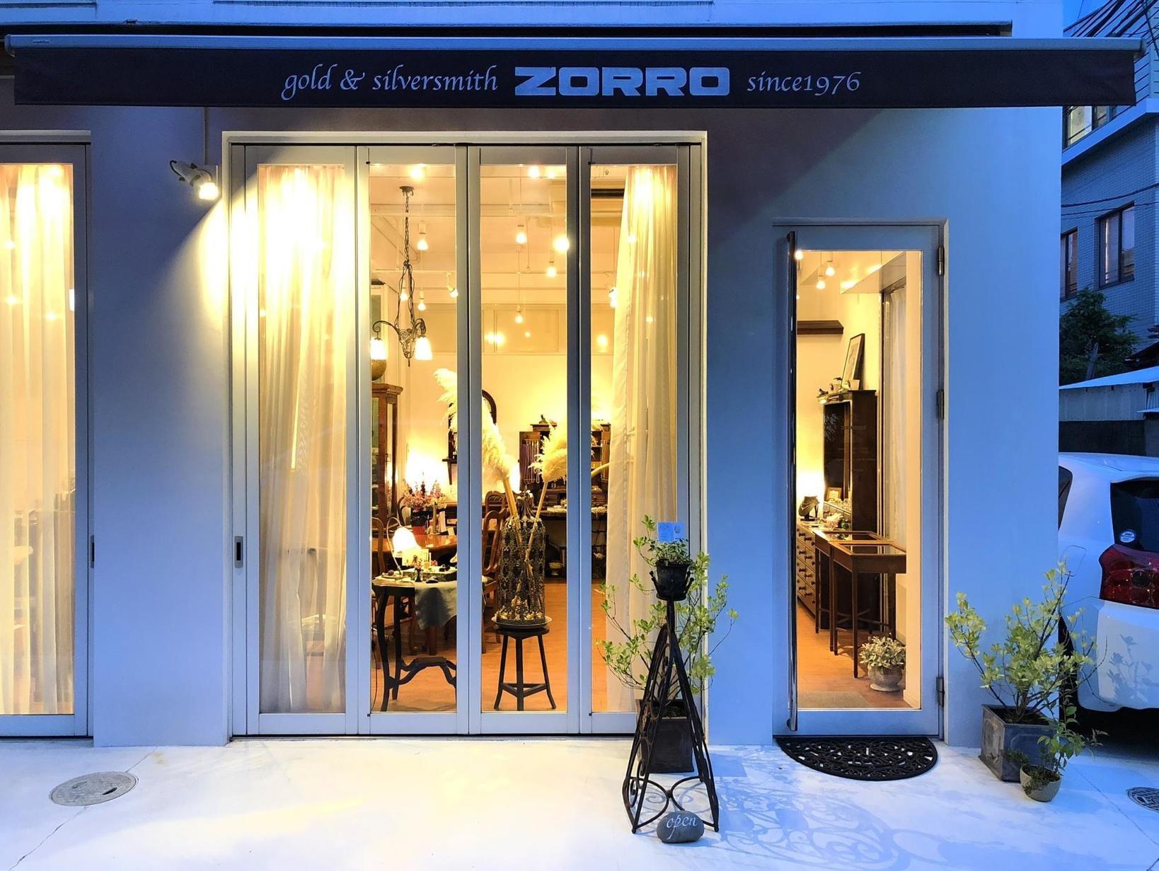 時間帯に合わせジュエリーの表情も変わる。日中には日中の、夕暮れには夕暮れの雰囲気が反映される。夕暮れ時。店内の黄色い光と外の青い光のコントラストがとてもきれい。マジックアワーがあっという間に過ぎ去り、夜の光が輝き始める頃、ZORROのジュエリーは徐々に輝きだしてくる。