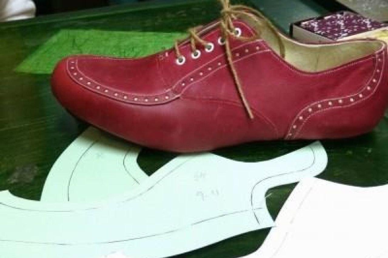 靴木型から解説しながら型紙を作る実演