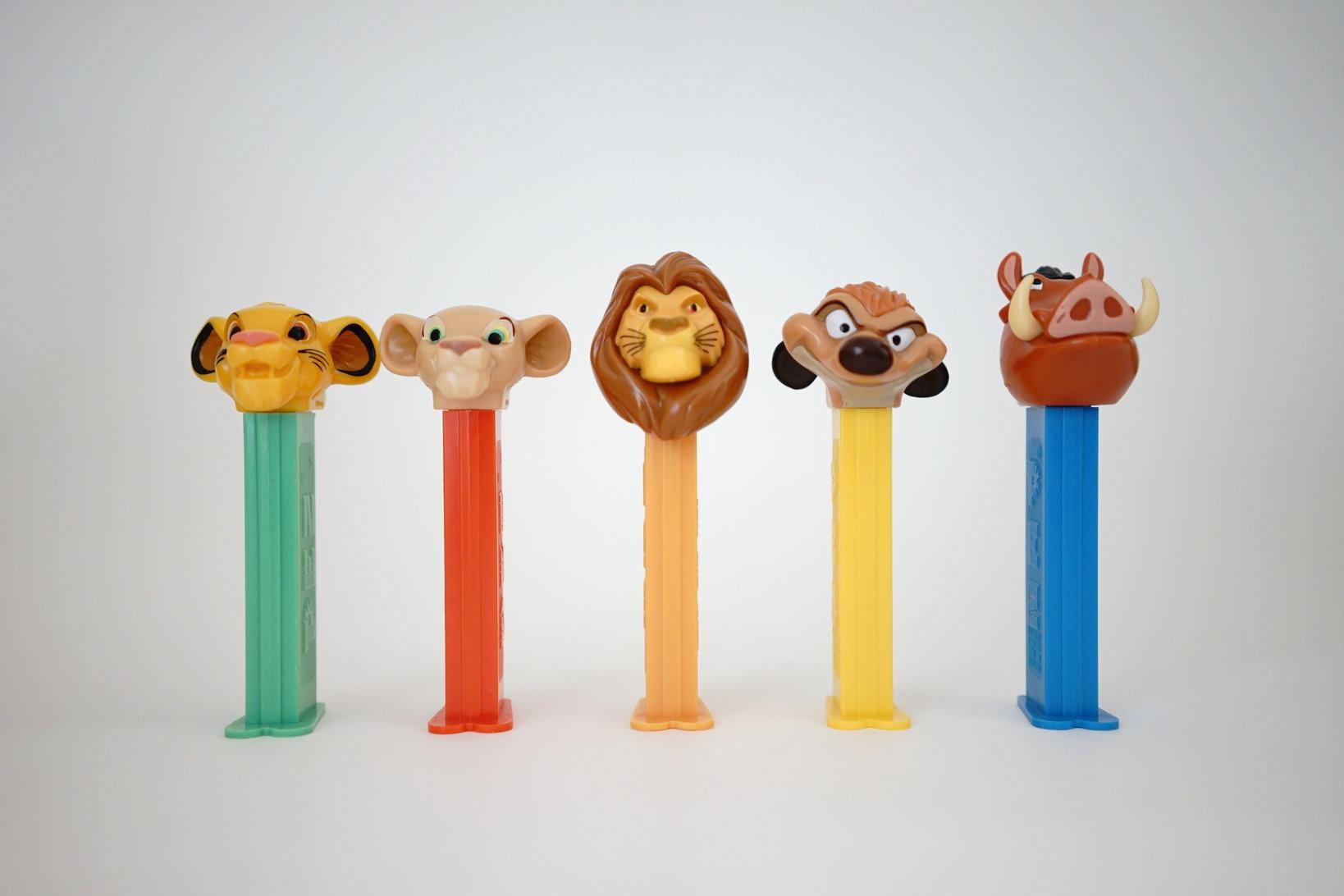 (左から)シンバ(幼少)、ナラ(幼少)、ムファサ、ティモン、プンバ