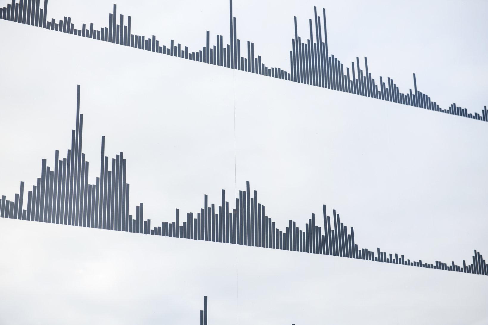 横浜象の鼻テラスで開催されたリュウ・ジーホン展「MONOCHROME」。絵や店内に流すBGMを手がけた。作品には繁華街やボートのイメージが凝縮されており、絵とBGMはリンクしている。この展示会は、世界のクリエイティブな港町をつなぐ「ポート・ジャーニー・プロジェクト」の一つとして実施された。