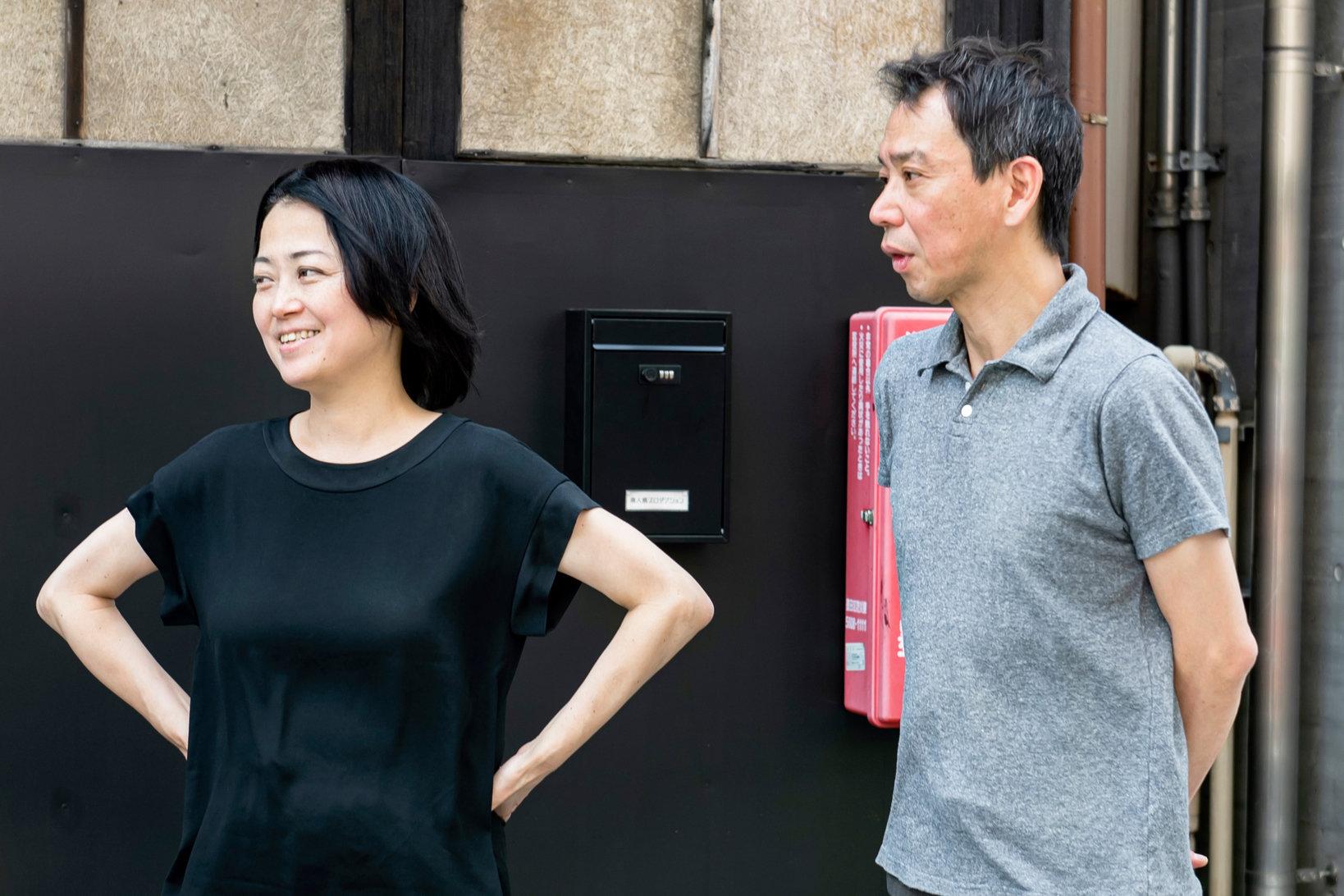 左:藤城里香さん。ギャラリー「無人島プロダクション」オーナー。2006年5月、無人島プロダクションを設立。広い意味での「芸術」を楽しんでもらえるよう、グッズ製作やイベント企画など、展覧会企画以外の活動も幅広く行っている。  右:青山秀樹さん。「青山|目黒 」代表。1968年福生市生まれ。1990-2004年の間、ヨーロッパ近代、現代美術を扱う画廊でのアルバイトからセールスマンとして修行。退職、転職を繰り返し、事務所での活動を経て2007年に現住所にギャラリー開設。特に2012年から国外のアートフェアや企画に参加するほか、住宅や店舗、オフィス、ホテル等の施設の監修も手掛ける。