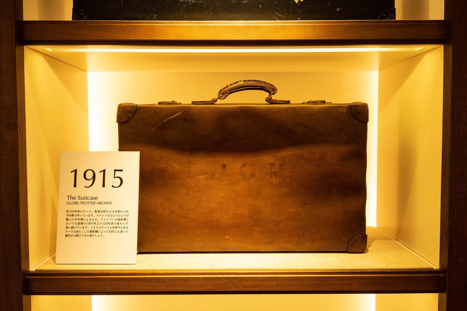 1915年製造のモデル。2019年現在も使われ続ける裁断機でボディ素材を切って作られた。この時代では、コーナー部分も含めて同ブランドのアイコン的素材である「ヴァルカン・ファイバー」で作られている。