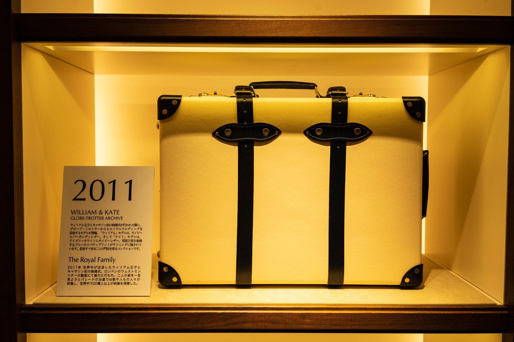 2011年から現在も使用されている、現行デザインパターン。コーナーにはレザー素材が使われ、現代的なシルエットに昇華されている。本モデルはウィリアム王子とキャサリン妃の結婚式を記念して作られたロイヤル・ウェディングのコレクションだ。
