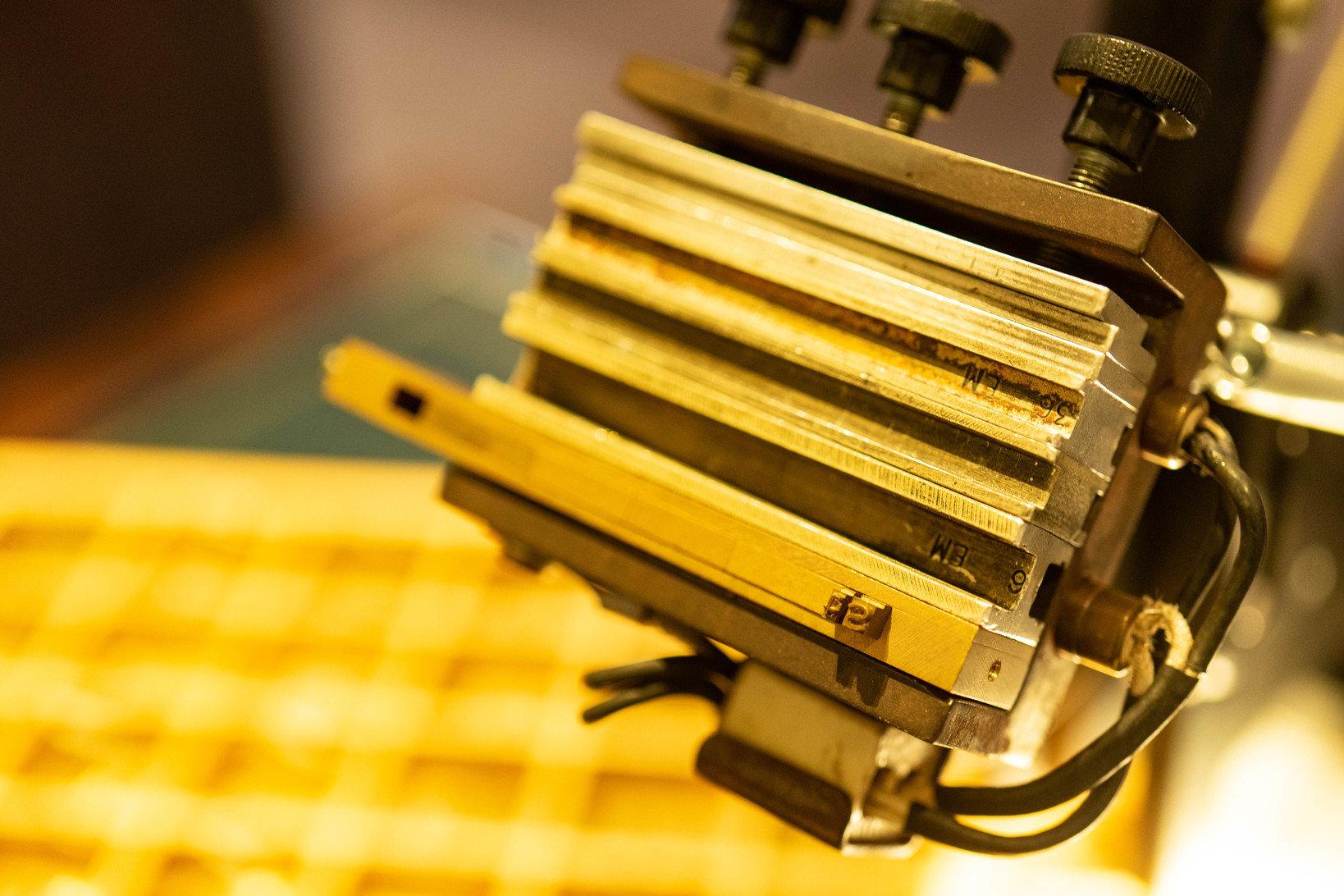 昔ながらの機械に、金属製の活版の組み合わせを嵌め込んでいく。