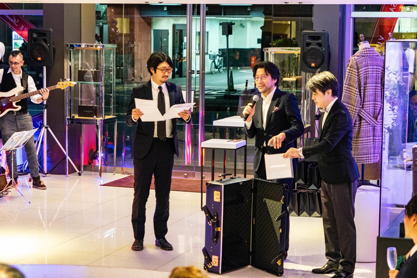 会場では当日限定のプレゼント企画も行われた。写真はヴァルカナイズ・ロンドンを運営するBLBG株式会社のCEO、田窪寿保氏から当選者が発表されている様子。
