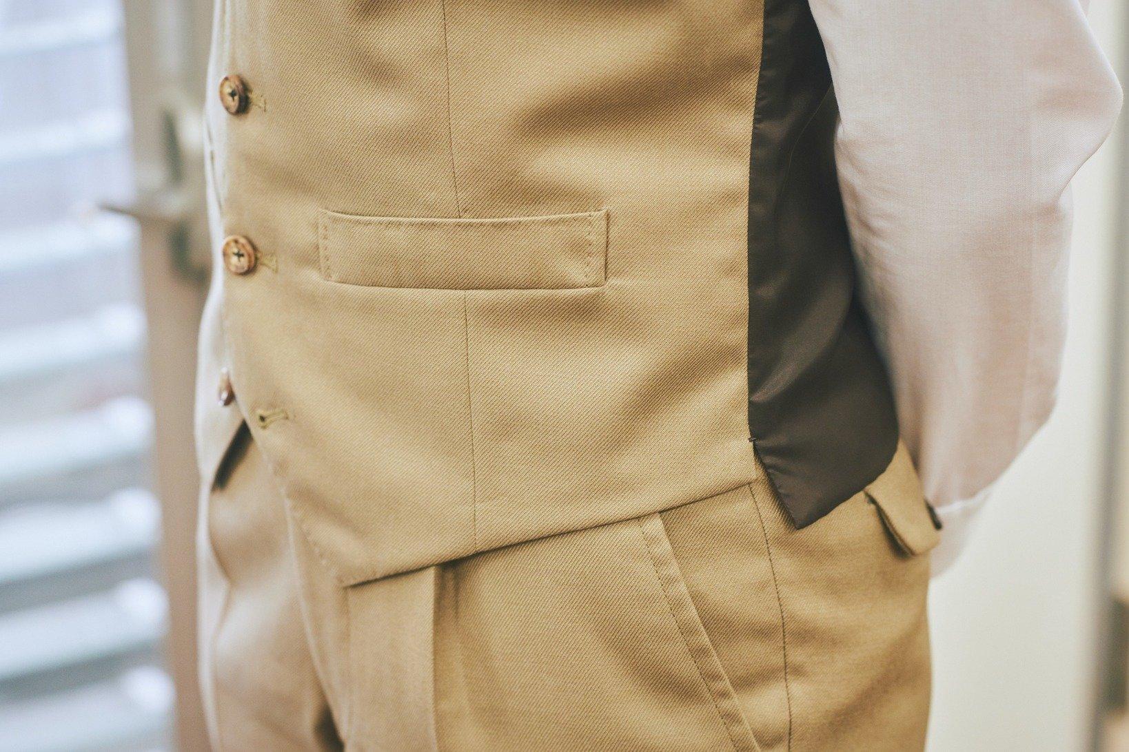 取材当日に着ていたベストは、森田さんご自身で仕立てたもの。色の深さと堀とマット感が気に入っているという水牛のボタンは、麹町の老舗ボタン屋で仕入れている。