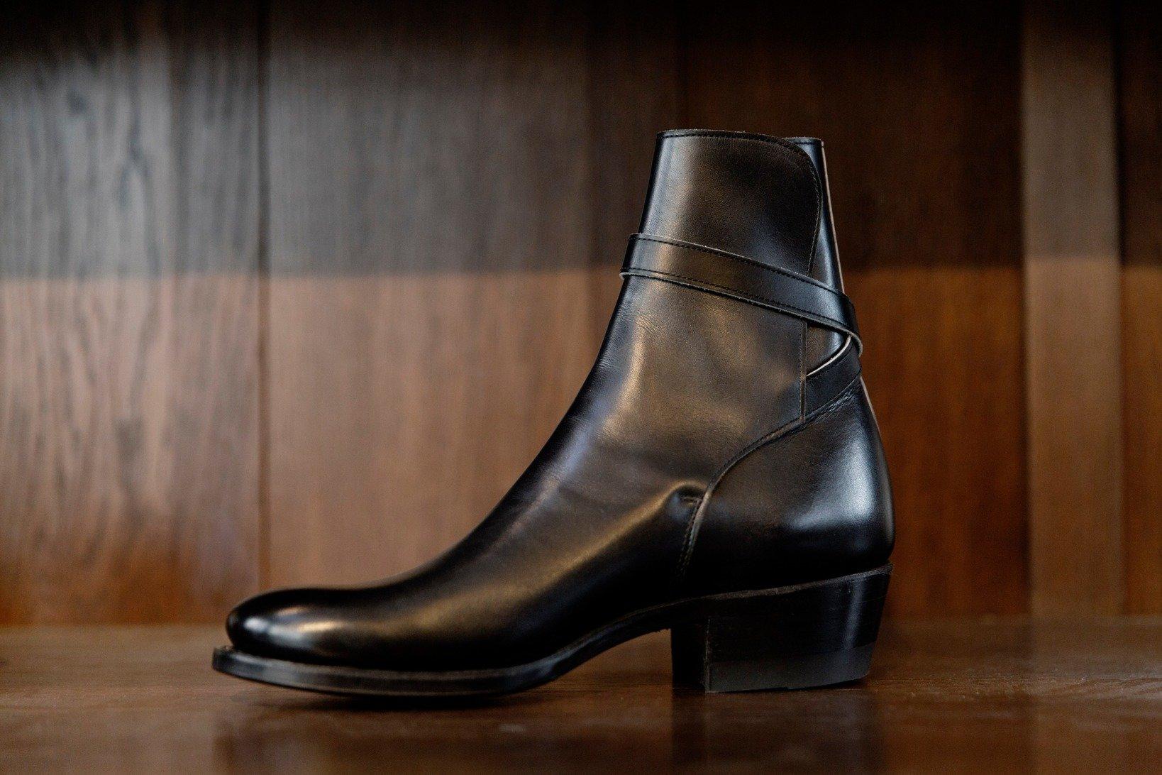 ジョッパーブーツを内くるぶし側からチェック。閂止めの位置も含めて、土踏まず部のダイナミックな造形が、履き心地・歩き心地を保証する。