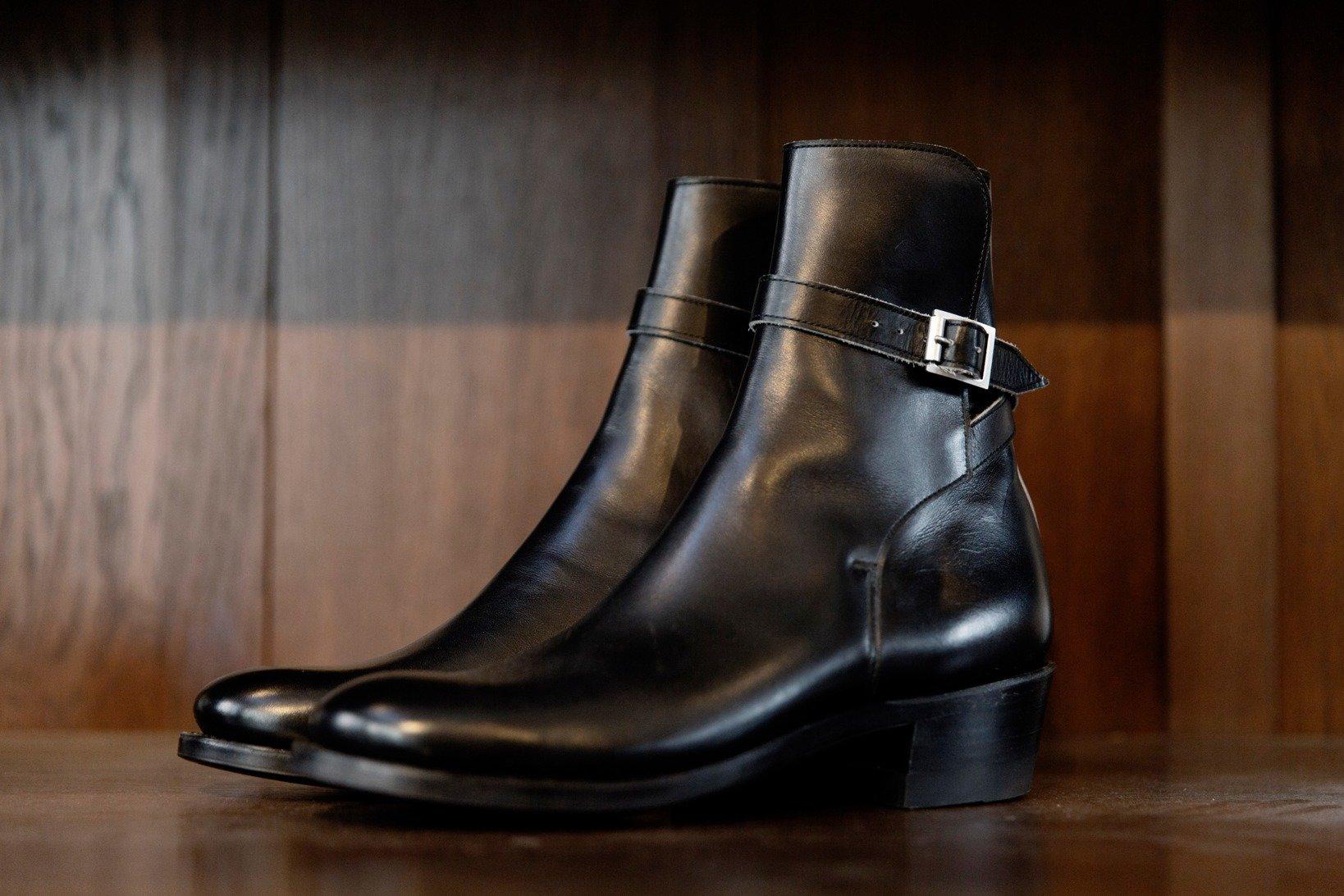 CLINCHの<a href=https://www.brass-tokyo.co.jp/onlineshop/item/clinch-jodhpur-boots/ target='_blank'>ジョッパーブーツ</a>はスラっとした佇まいがとにかく凛々しい!