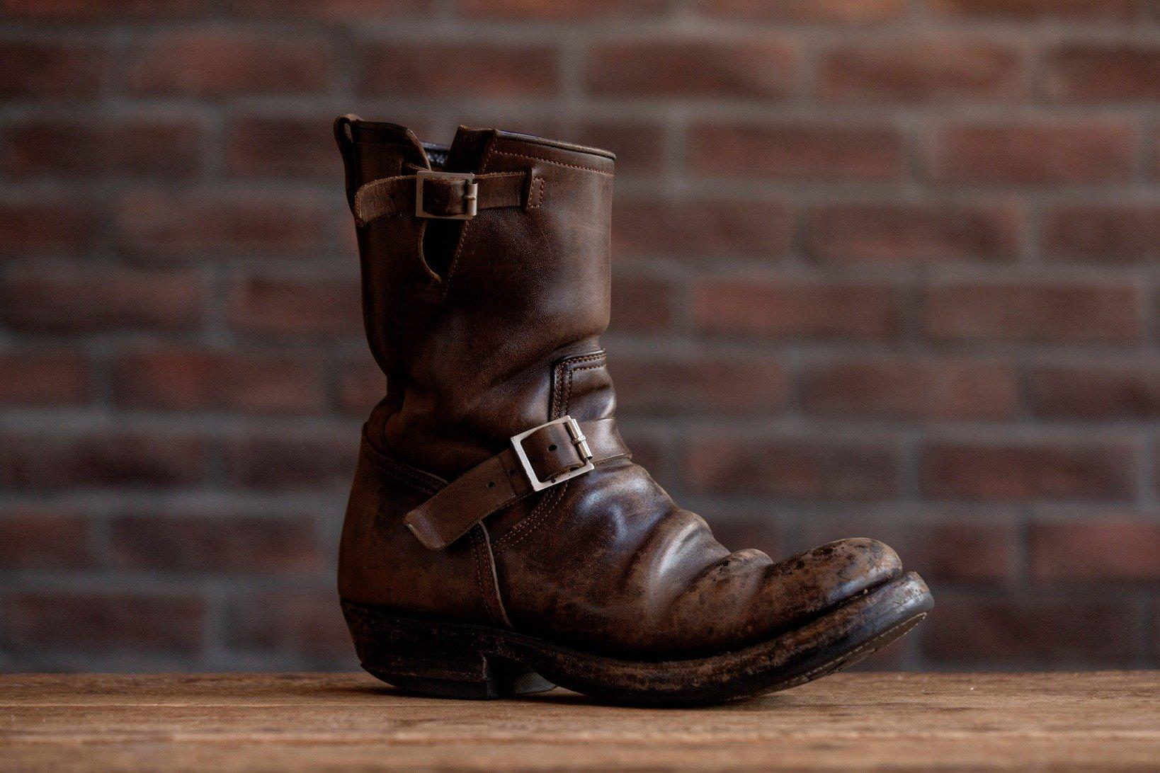 履き込まれたCLINCHの<a href=https://www.brass-tokyo.co.jp/onlineshop/item/clinch-engineer-boots/ target='_blank'>エンジニアブーツ</a>。この皺と色褪せに一目惚れで購入する顧客も多い。
