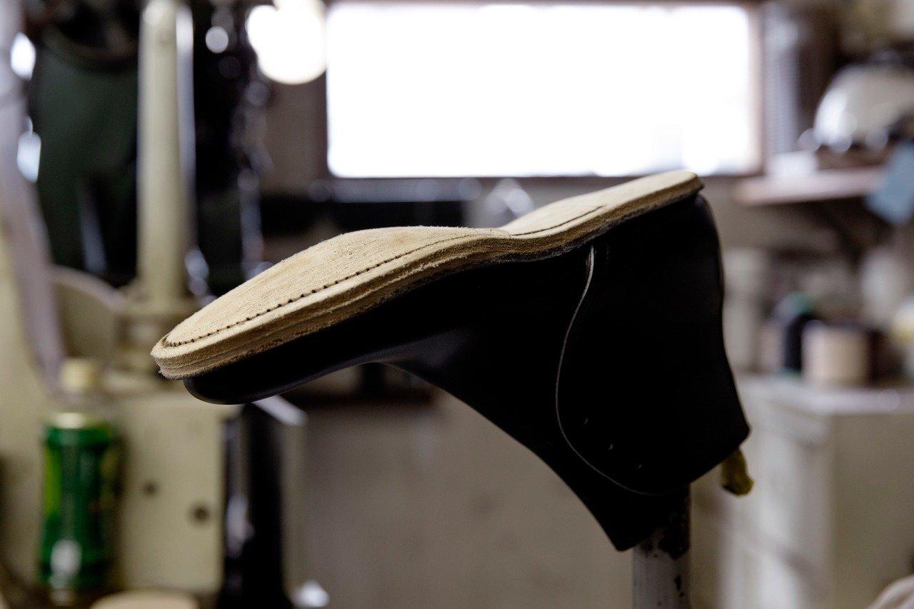 外底が縫われた段階のジョージブーツ。理に叶って成形された立体的な底面が美しい。