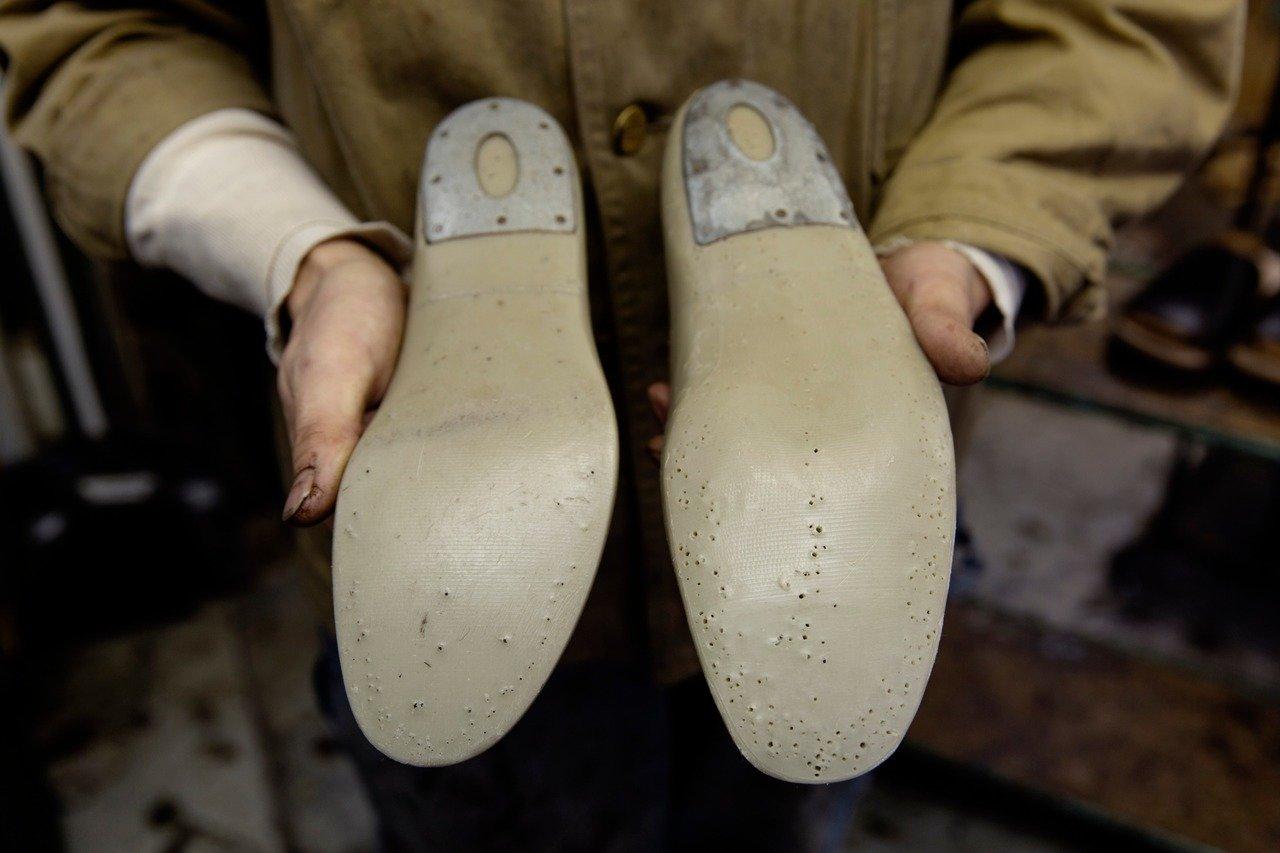 向かって右がCLINCHの靴を製造する際の木型の底面。他社の既製品を修理する際に用いる左の木型に比べ細かな起伏があり、人間の足により近い造形になっているのが明らか。