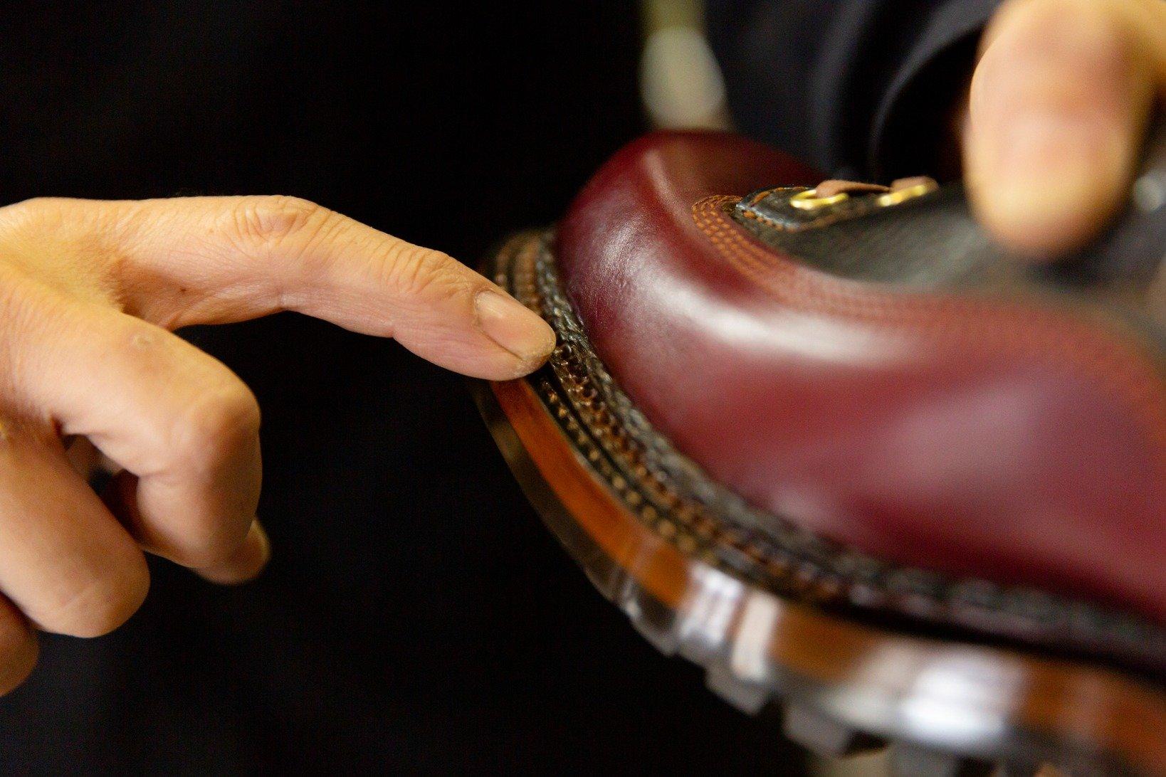後藤さんが指している箇所が「出し縫い」。ここで使う糸は自作だ。