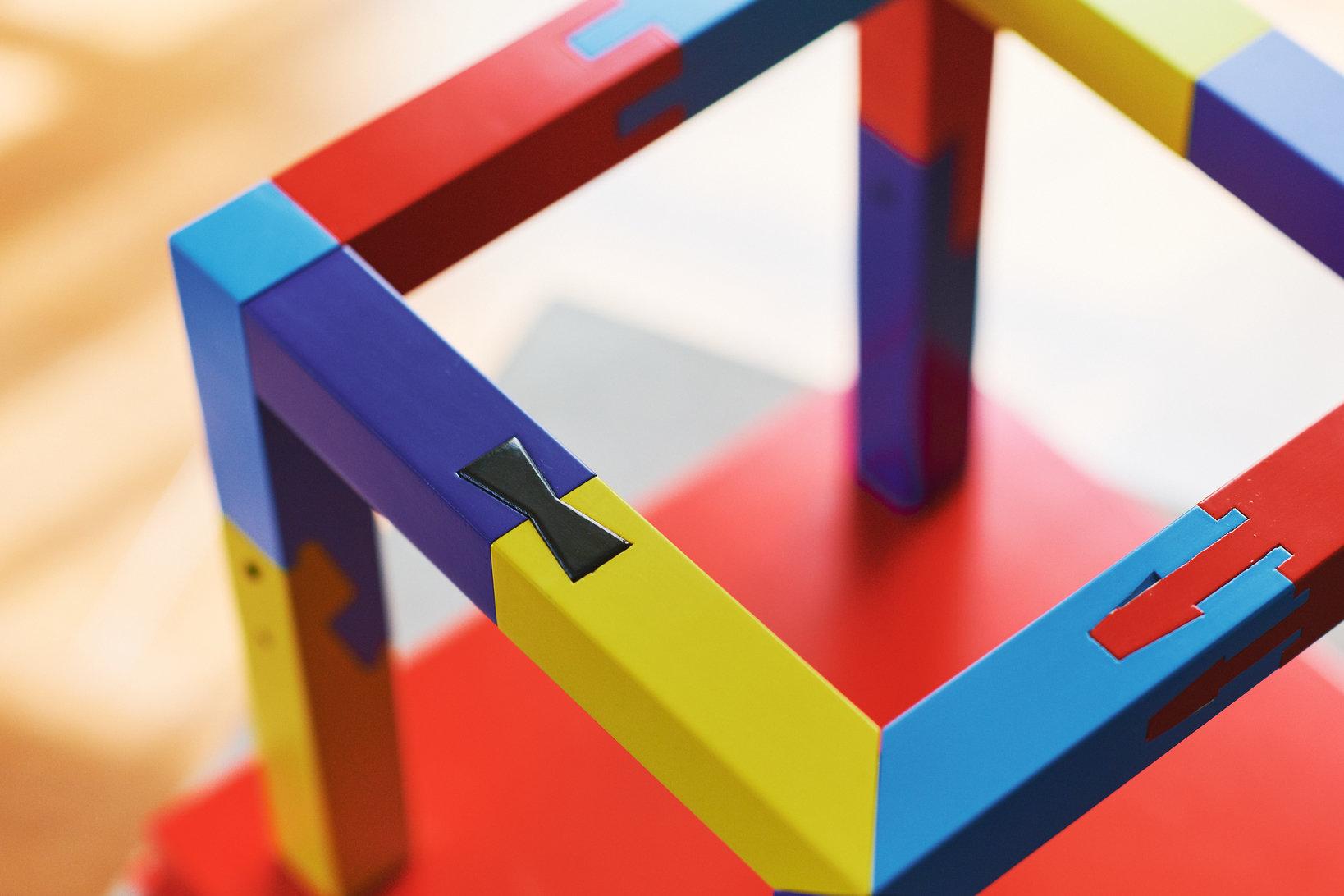 20本の部品から構成されており、それぞれが異なる組み方で組まれている。