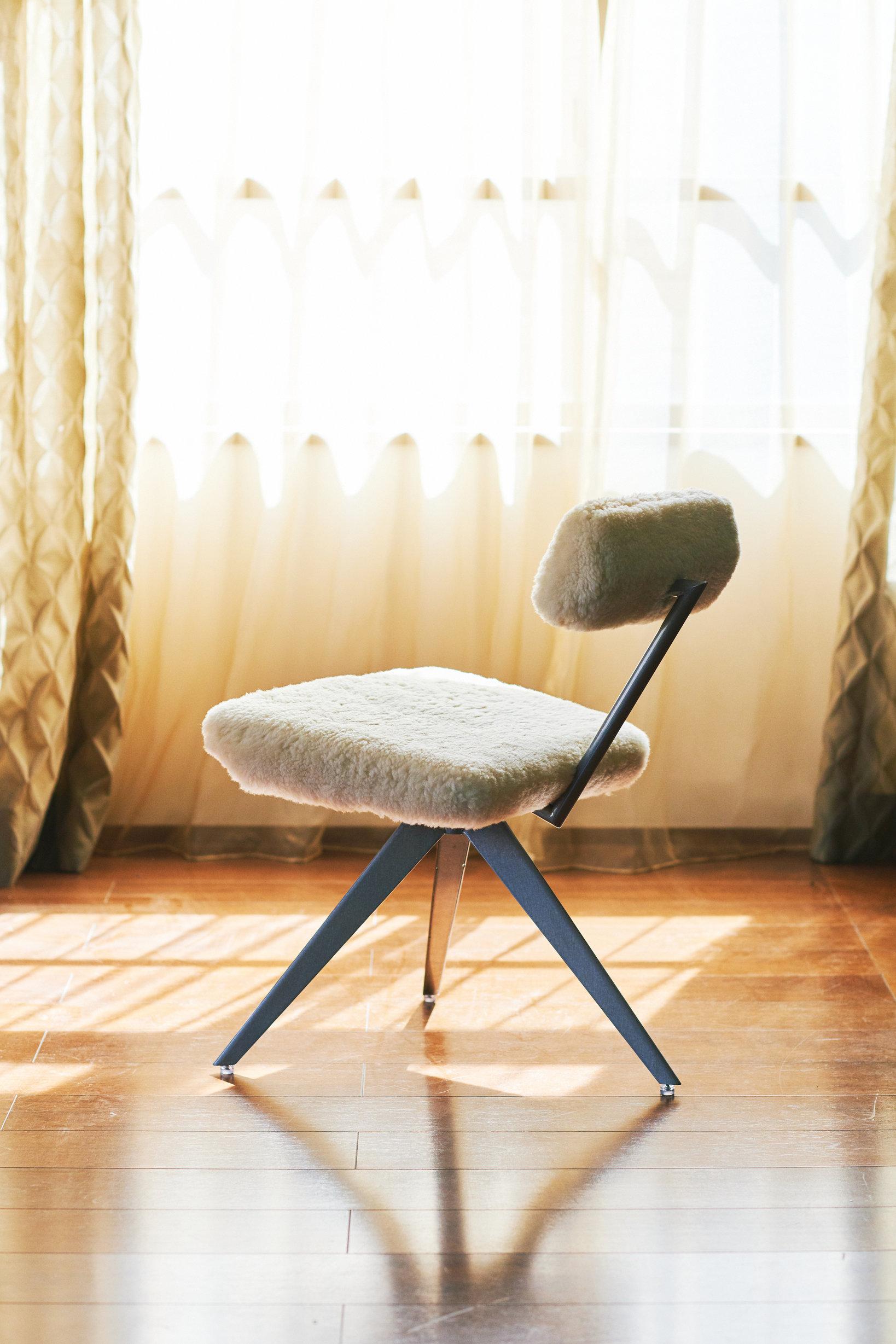 Fluffy Chair デザイン:ザハ・ハディド・アーキテクツ 製作/五反田製作所グループ サイズ:W480×D530×H700(SH445)mm 発表年/1990年