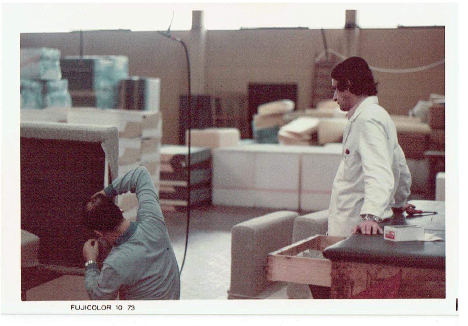 アルフレックスでの仕事風景。著名なデザイナーとも現場の職人ともわけへだてなく会話をしながらものづくりを進めていくアルフレックスのモデラーの姿に感銘を受けた宮本さん。日本に帰国してから「家具モデラー」と名乗り活動をはじめる時、背中を押したのは建築家のル・コルビジェの『都市開発の仕事で、道路工事をしている現場の連中とも意見を交換した』という言葉だった。(画像提供:五反田製作所)