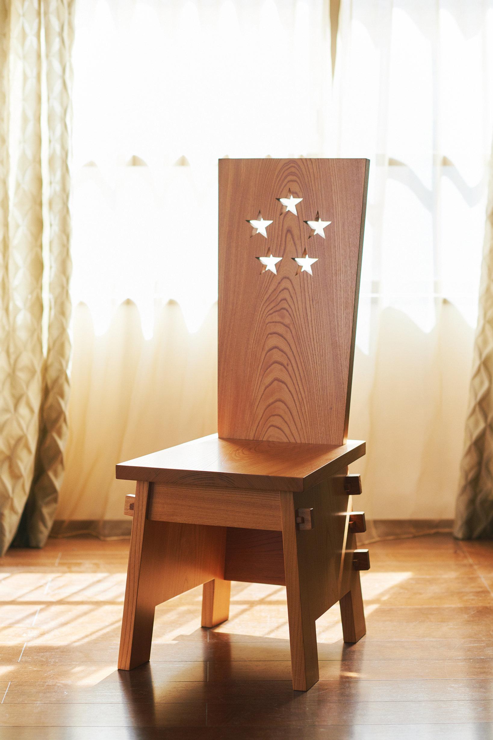 白洲次郎氏の椅子 サイズ:420mm(W)×530mm(D)×1080mm(H)×445mm(SH) 素材:ケヤキ(板厚30mm)