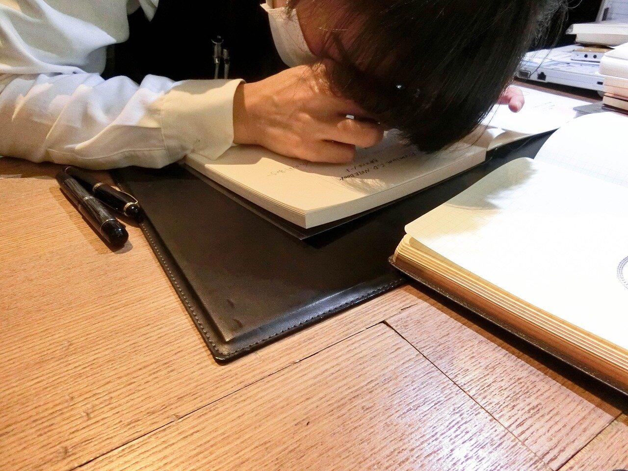一冊一冊、ルーペでにじみを確認する佐久間さん。写真/ミューゼオ・スクエア編集部