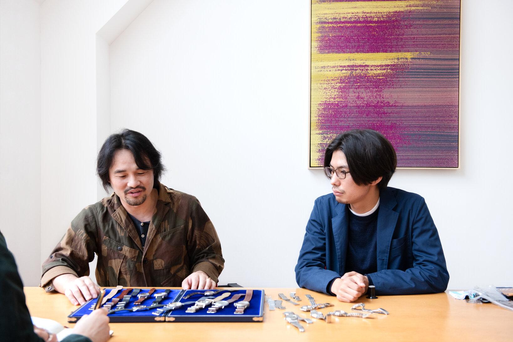左から萩原秀樹さん、石川 智一さん。ケースの上にある萩原さんの私物を確認しながら時計座談がスタート!