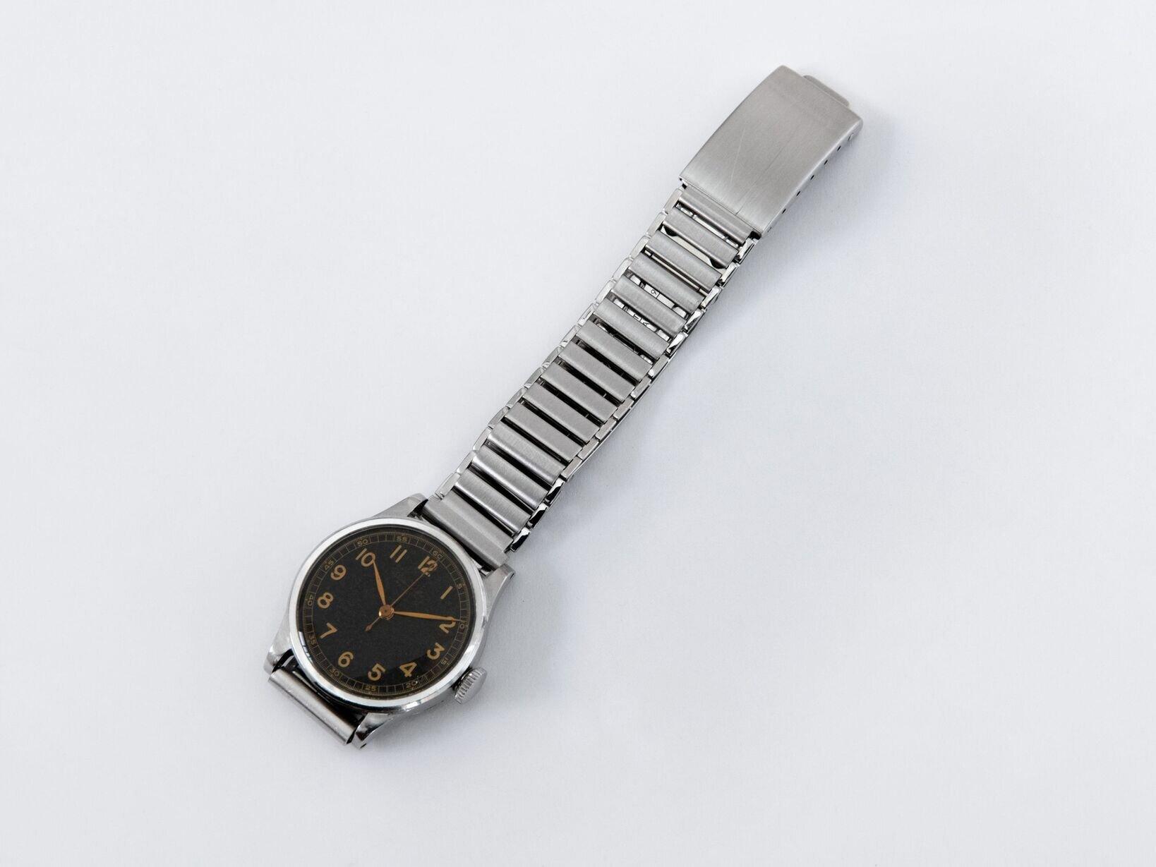 石川さんの私物の1940年代のIWCにブレスレットを着用した様子。まったくと言っていいほど違和感がなくマッチしている。ちなみにラグの幅は16mm。