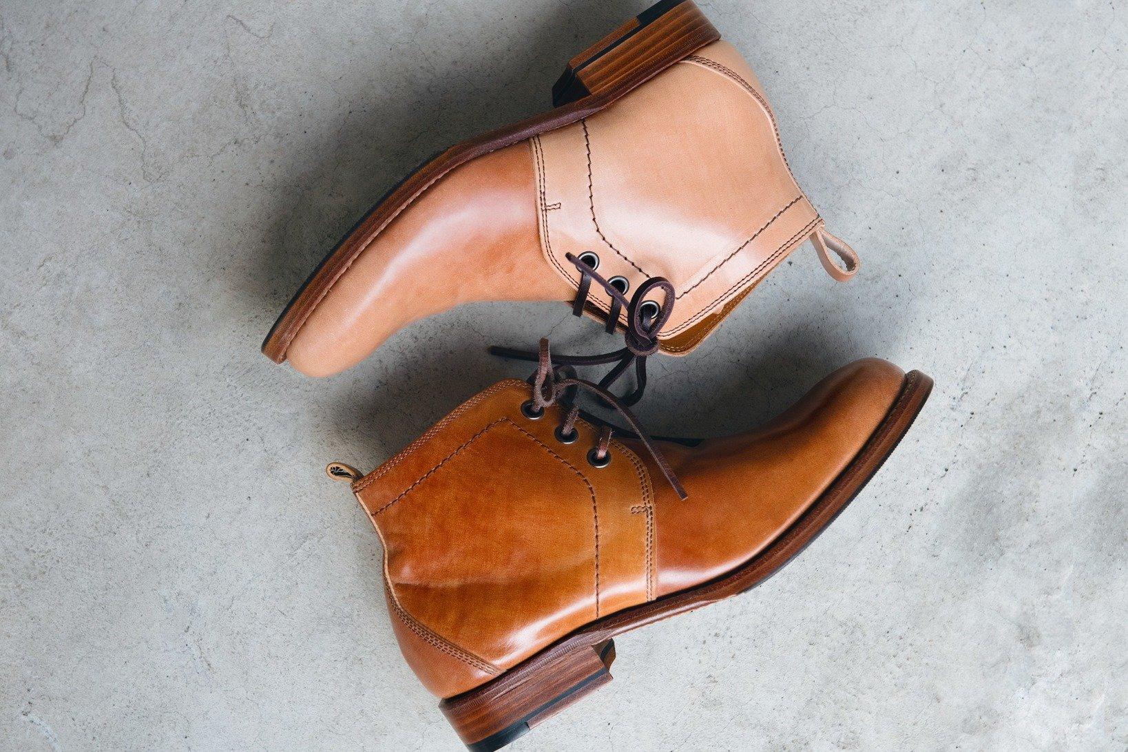 カバー写真:アッパーはコードヴァン。上が新品で、下が経年の一例。履き方、お手入れの仕方、履く人それぞれの扱いで革の味わいも変化する。「PC-575」¥93,000+税/プリュス バイ ショセ