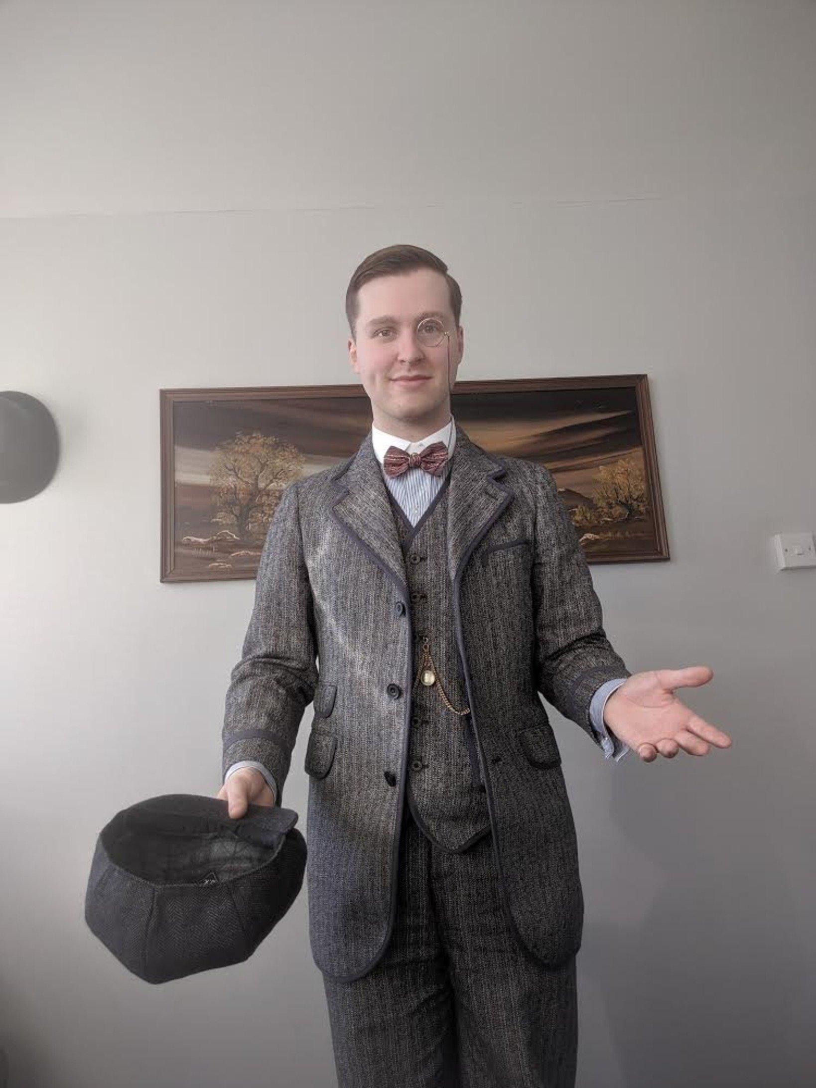 1907年製のスーツに身を包むアーロンさん。アンティークのモノクルはアーロンさんのトレードマークとなっている。