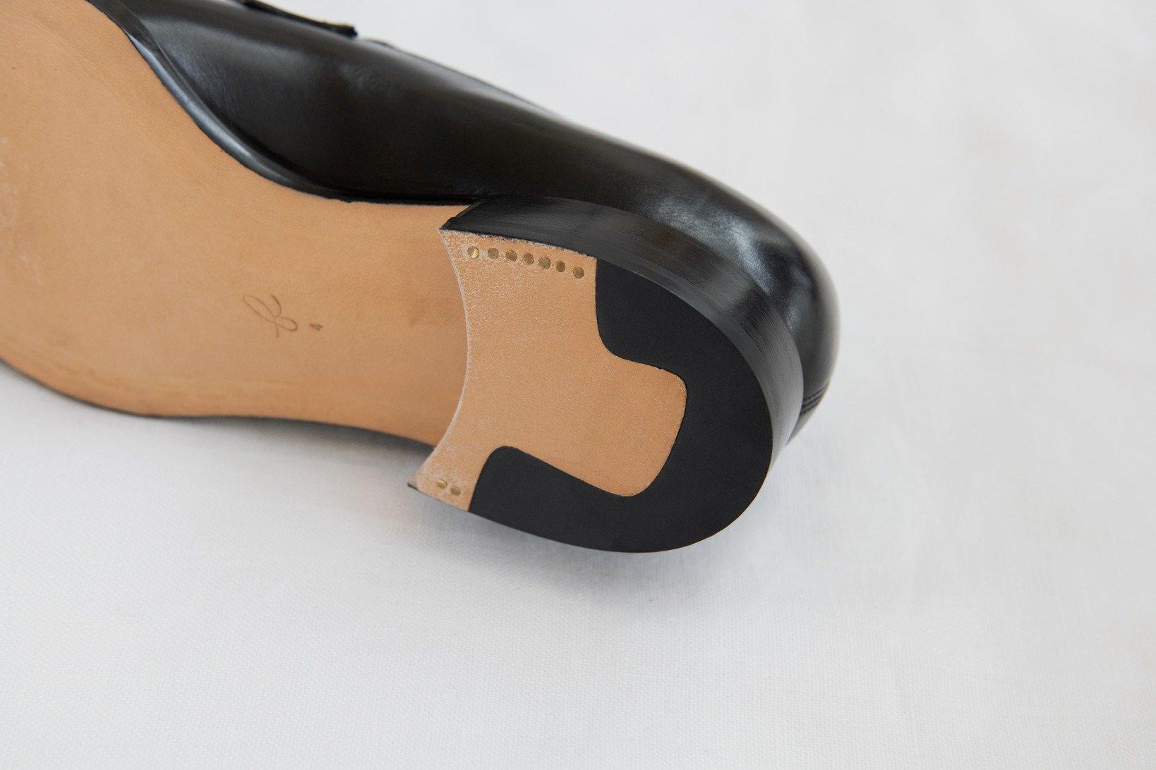 ヒールリフトのゴムの形状や釘打ちの細かさも、このブランドらしい徹底した美意識を象徴する。
