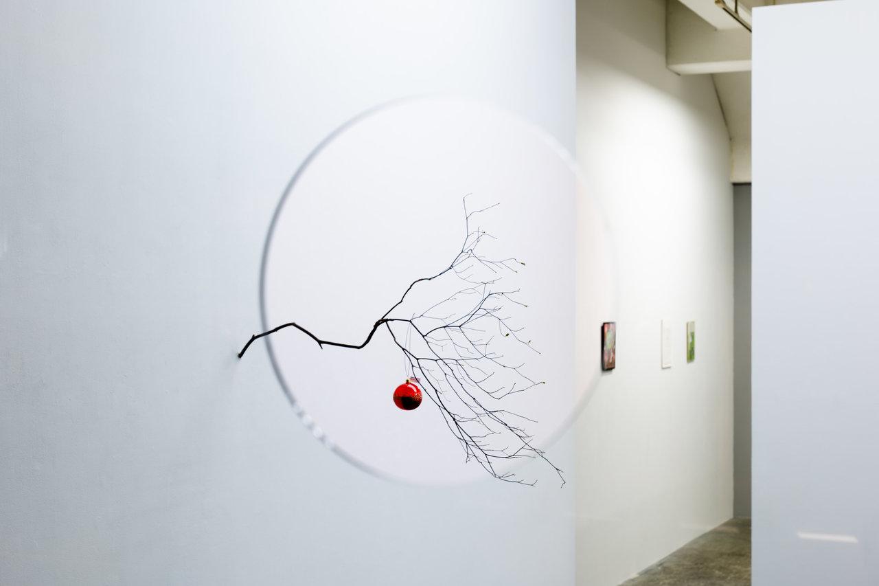 Jiri Kovanda Untitled (Swallow's nest) 2020 unique installation acrylic plate, clay, straw, branch and christmas glass ornament  Photo: Takashi Fujikawa