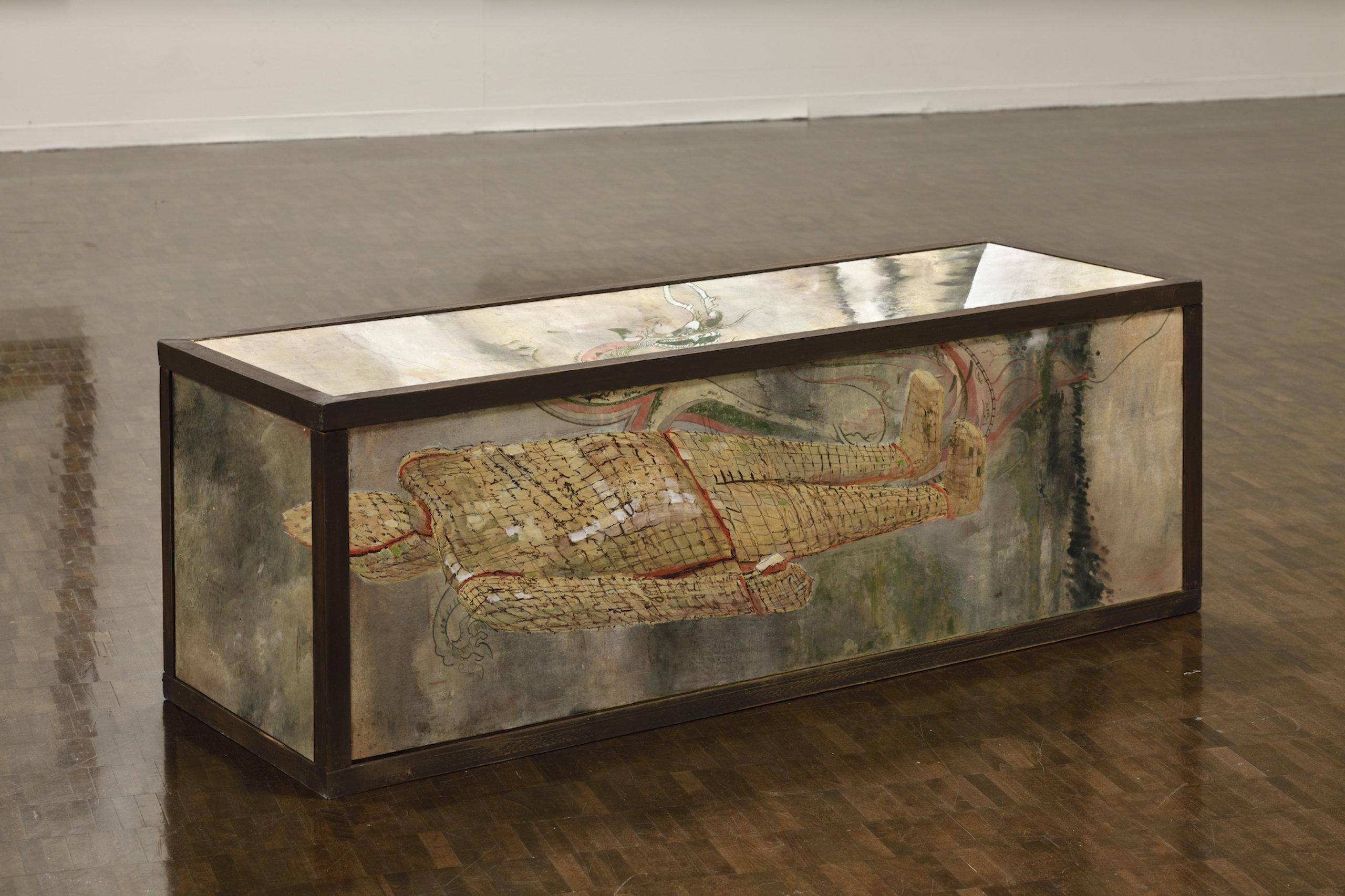 岡本秀《垂直プリント E-1〈墓起こし〉》2020, H50.5 x W147.0 x D50.5 cm, 木、岩絵具、水干、ベンガラ、油