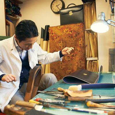 ひたむきにビスポークの高みを目指す鞄職人。小松直幸さん(ORTUS)のハンドステッチに見惚れる。_image